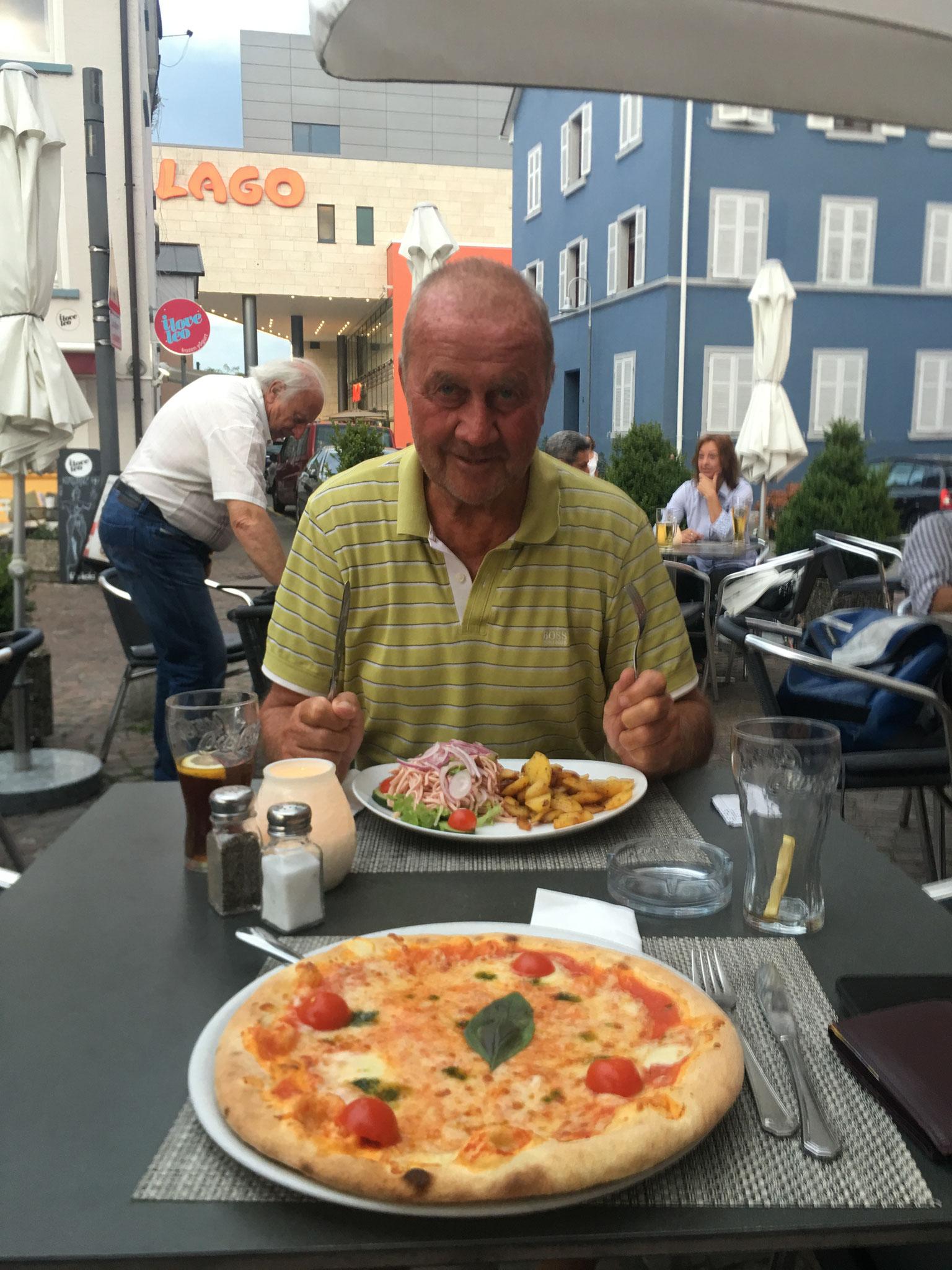 """Mit seinem Trainer Jürgen Strehlau in Kreuzlingen am gesunden """"Pizzaessen""""."""