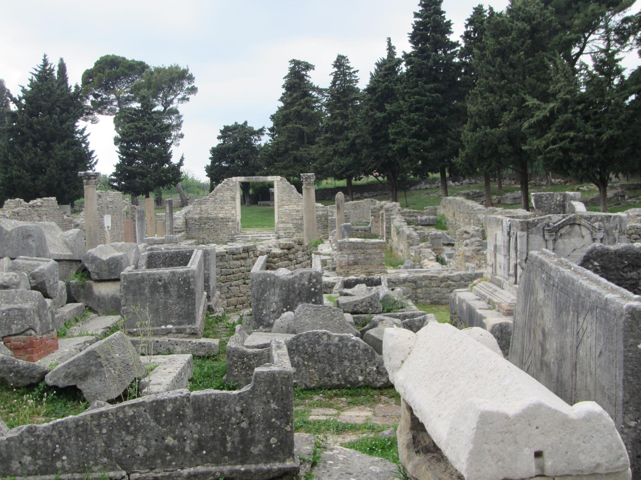 Aus der Römerzeit. Kirche mit Gräbern.