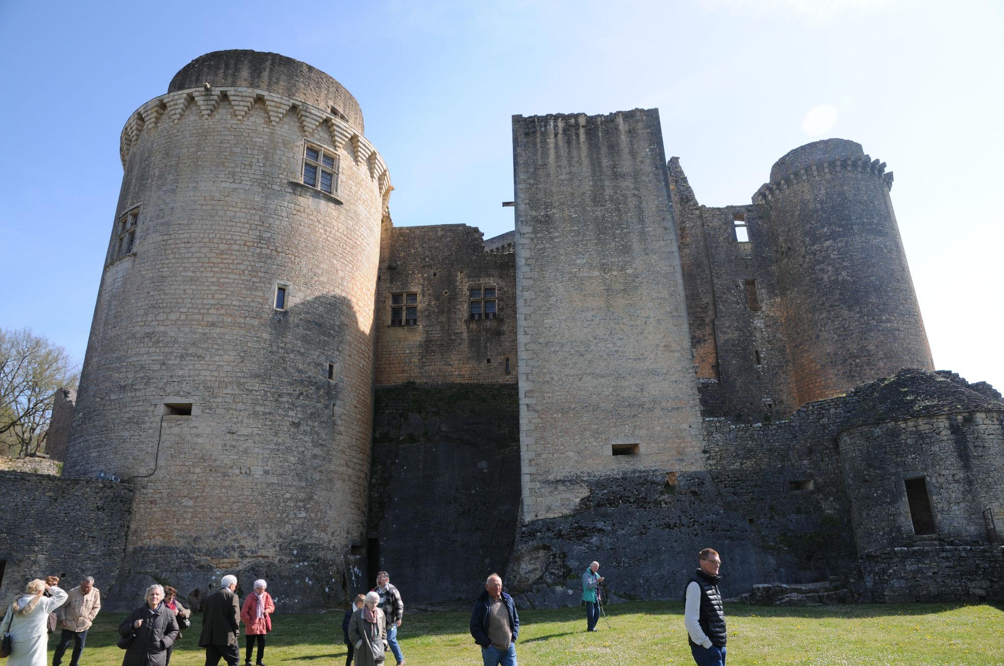 Le château de Bonaguil : depuis la terrasse, la Grosse Tour, la Tour Carrée, la Tour Rouge.