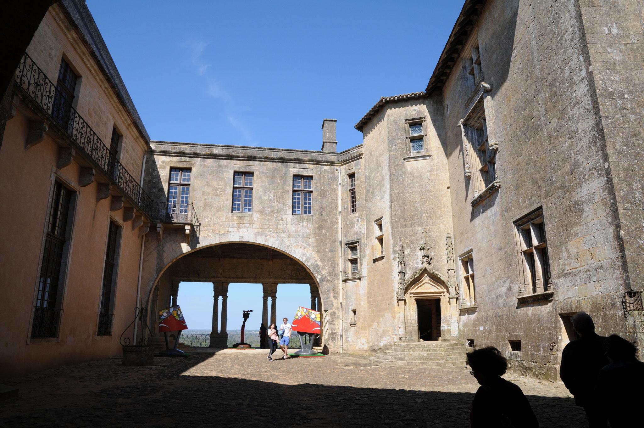 Le château de Biron : la cour d'honneur