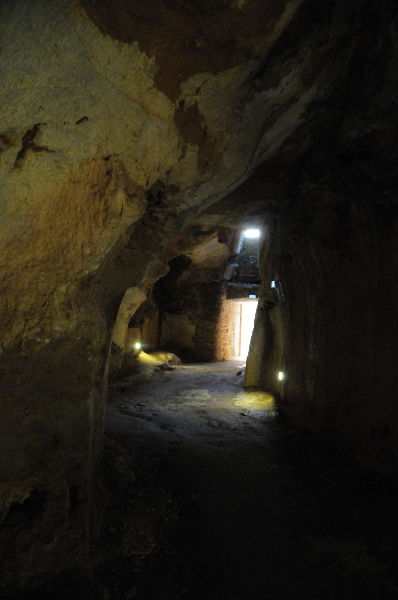 Le château de Bonaguil : grotte naturelle débouchant sur les lices orientales