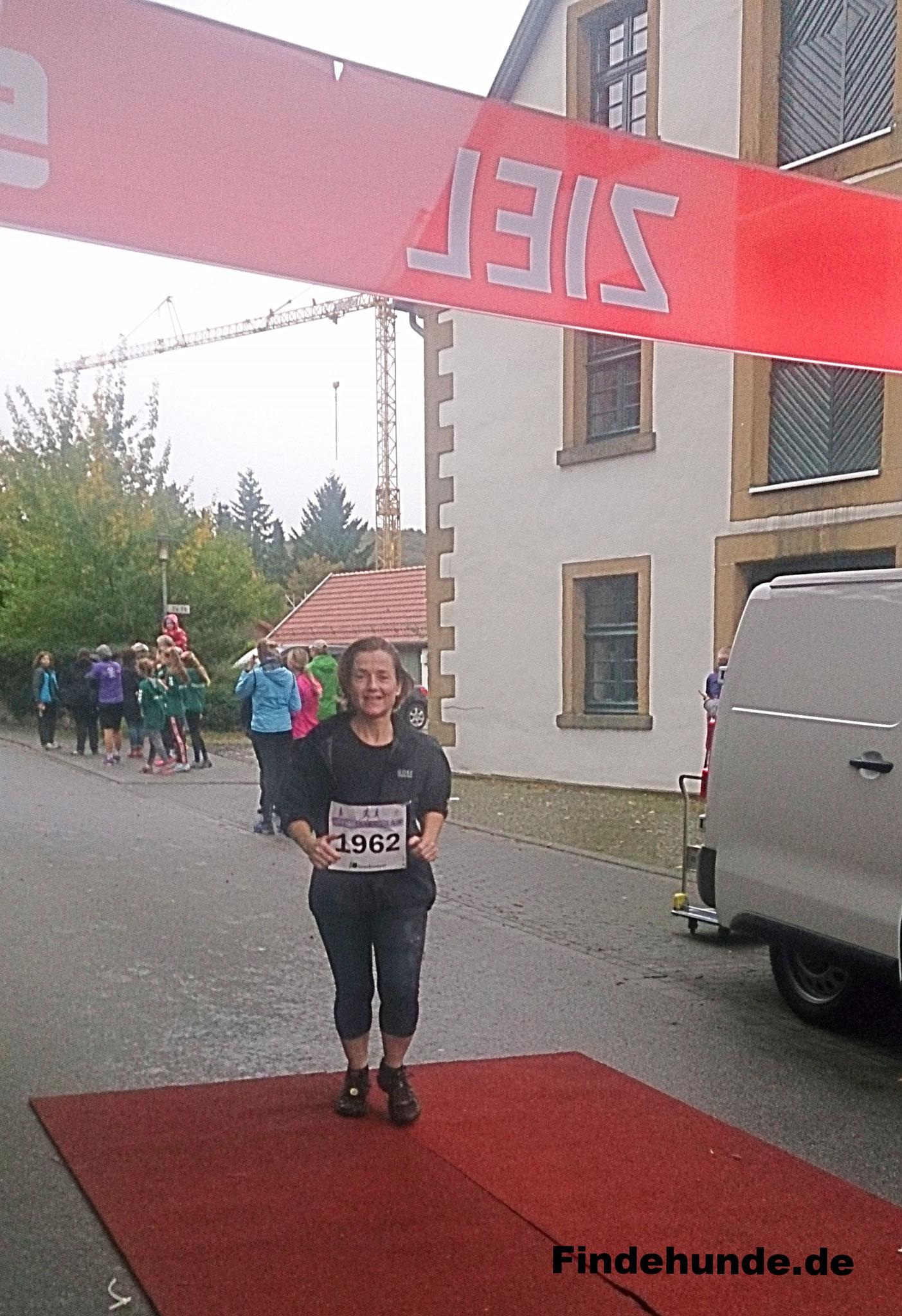 Simone W. rannte auch lächelnd ins Ziel.