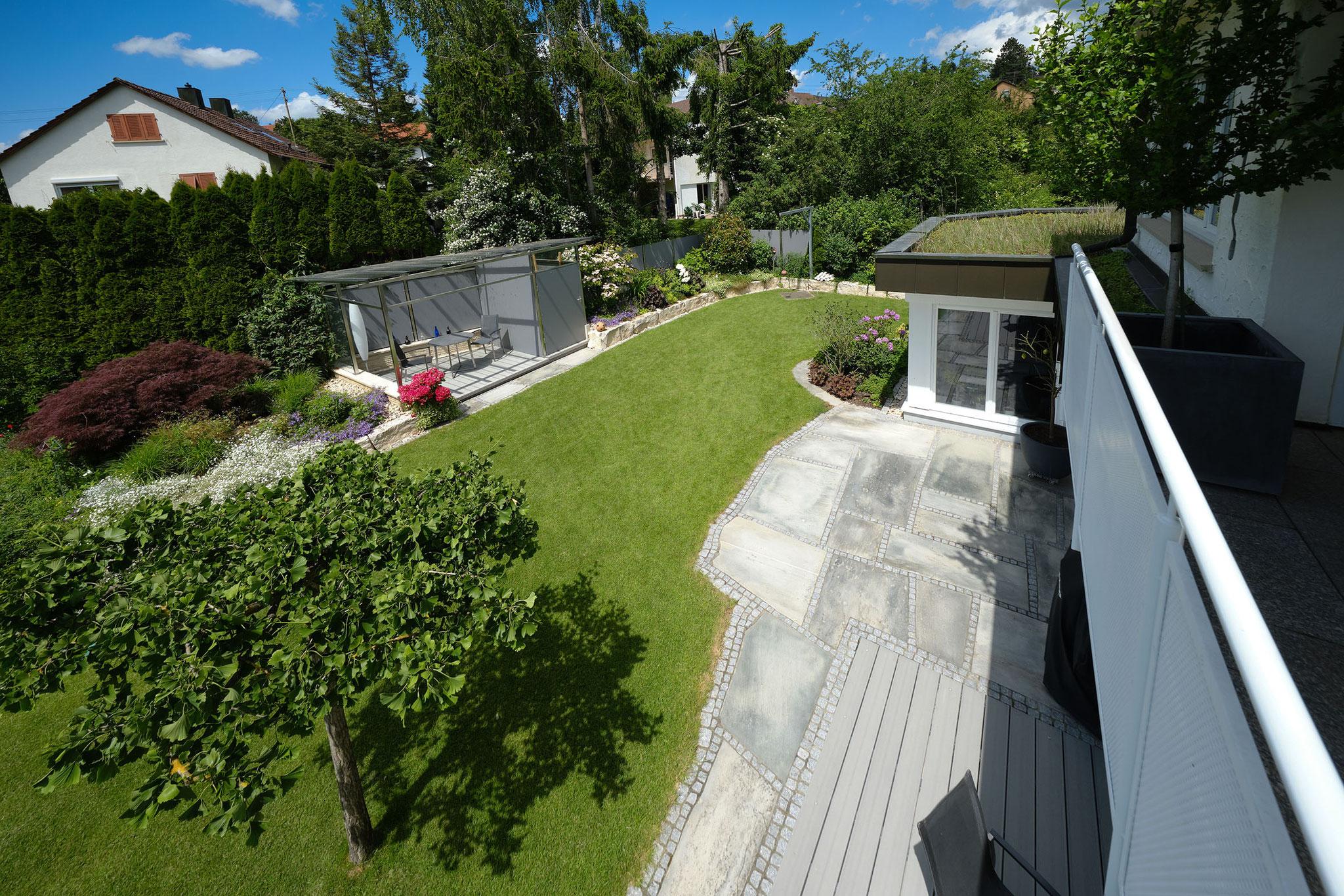Gartenüberblick mit neuer Terrassenerweiterung