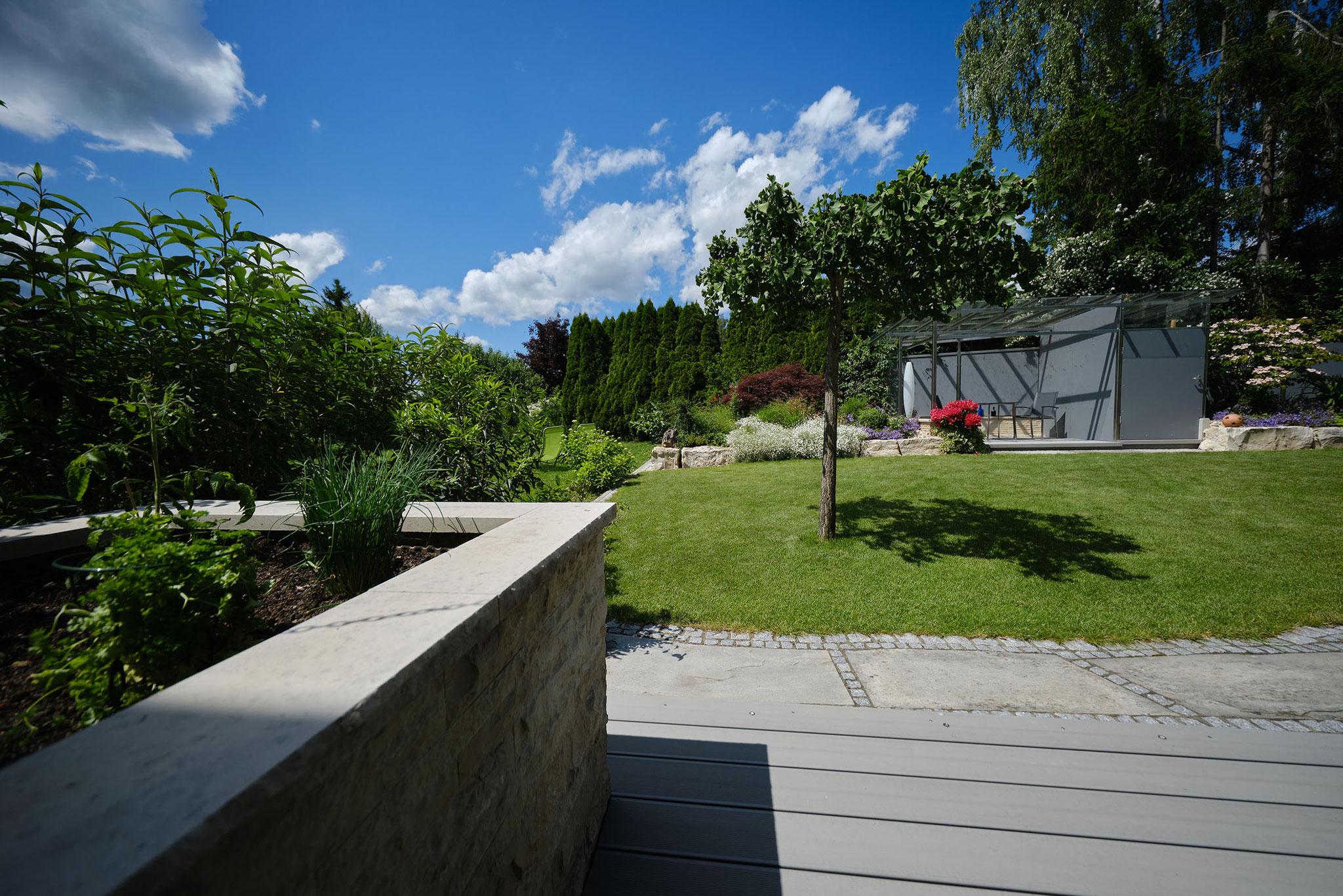 Das Hochbeet als Abschluss der neuen Terrassenerweiterung aus medit. Naturwerkstein