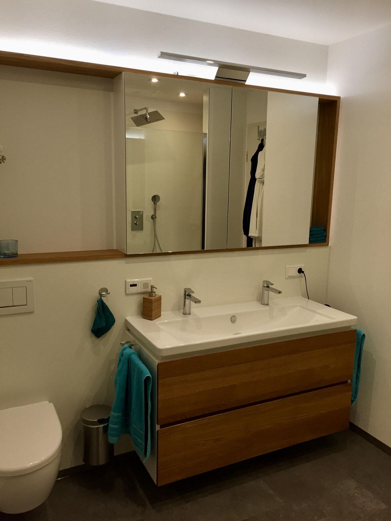 Badezimmerspiegel und Waschtisch in Eiche