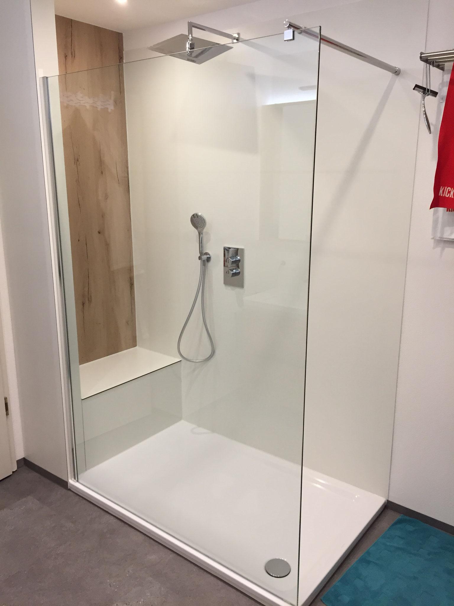 begehbare Dusche mit Glaswand