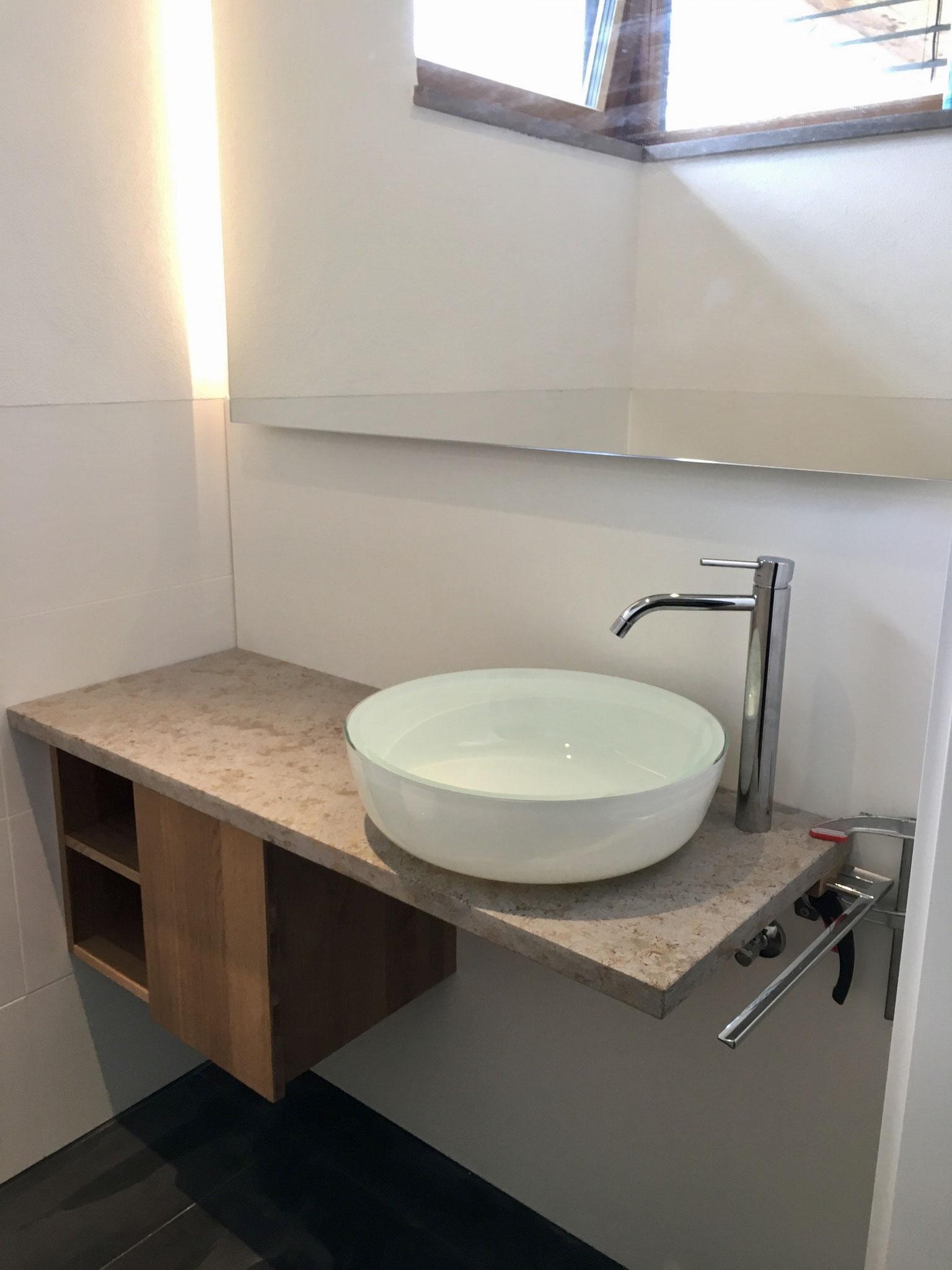 Waschtisch mit Steinplatte und Aufsatzwaschbecken aus Glas