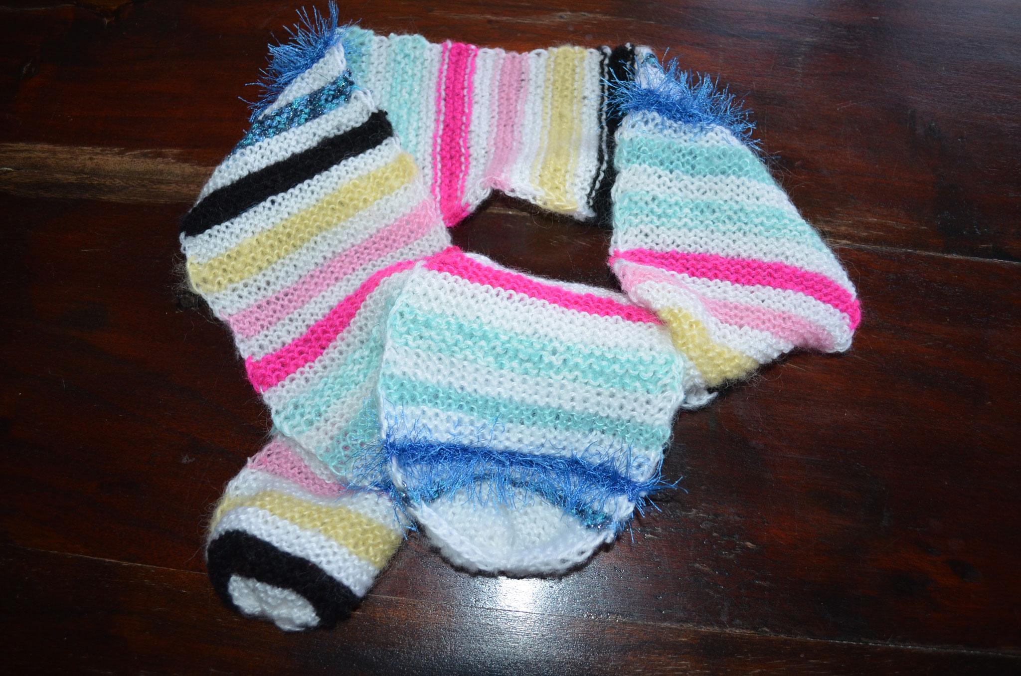 handgestrickter Schal aus verschiedenen Materialien. 126 cm lang, 12 cm breit. Design und Arbeit by Zeitzeugen-Manufactur. Preis: 8,00 €