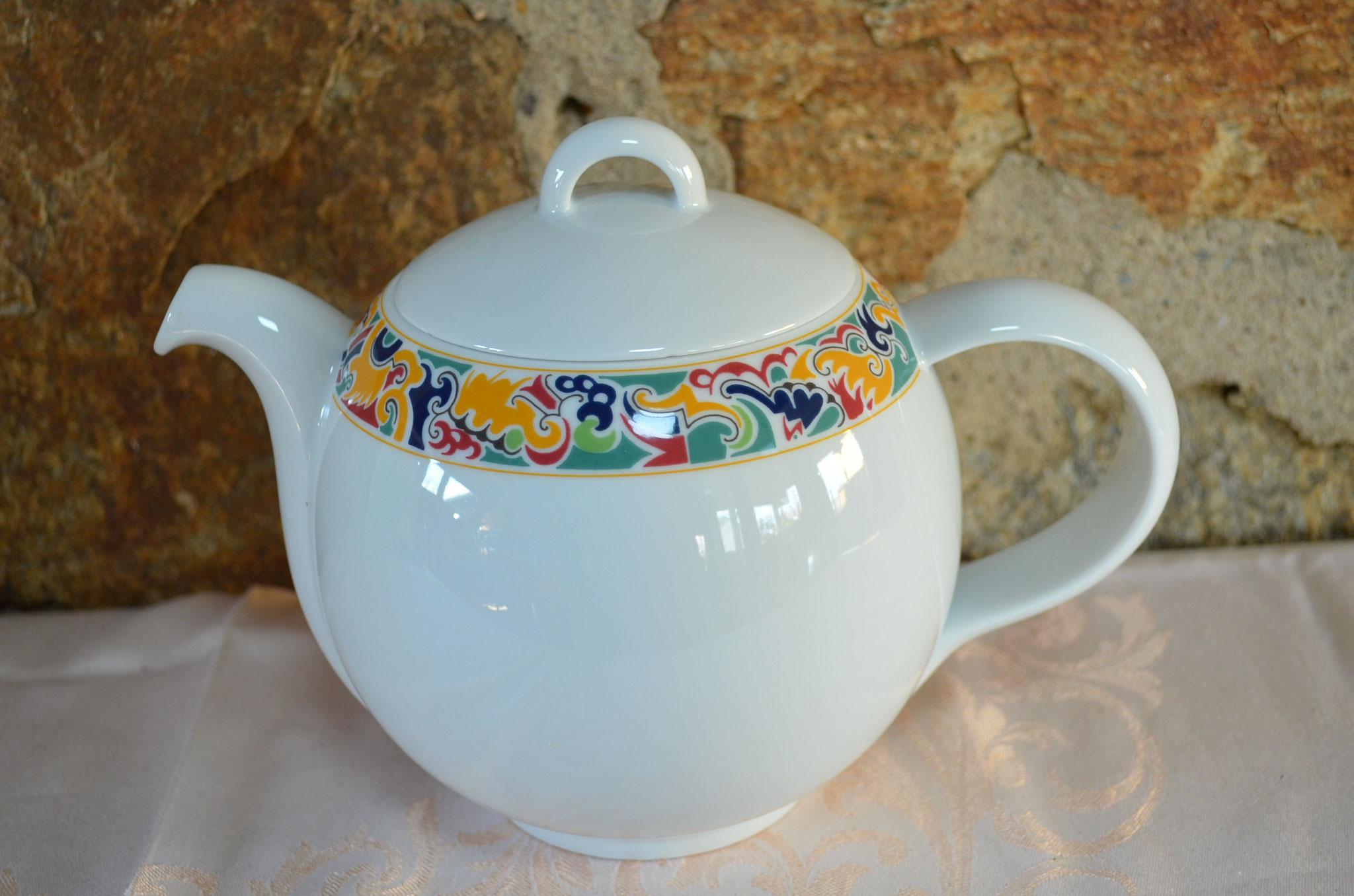 Teekanne aus Porzellan, Sophienthal, für 1,4 Liter Fassungsvermögen. 3 Miniclips am Deckel, sonst Top. Preis: 14,90 €