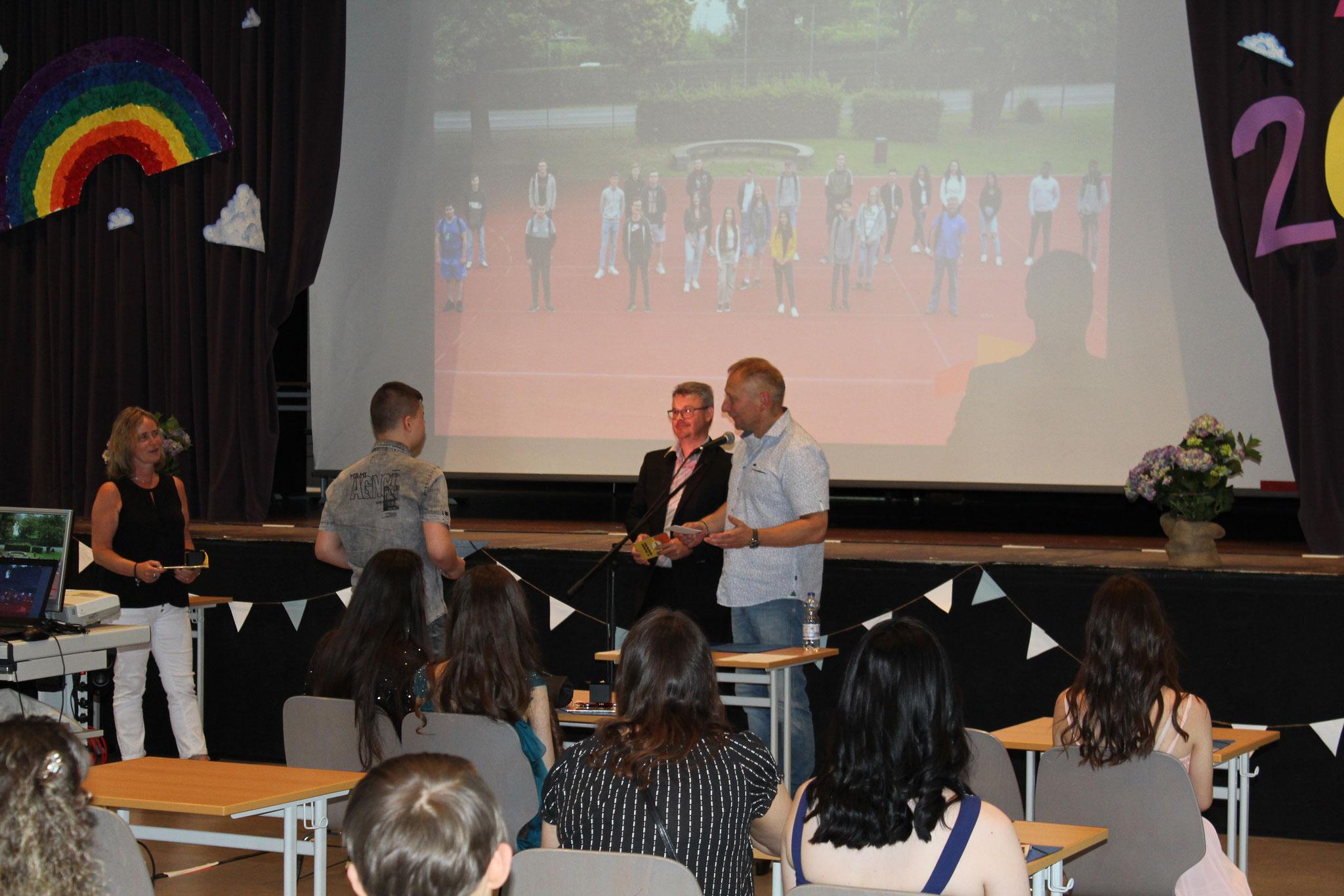 Klassenbester 10 Vadim Tscherniev und Klassenleiter Hr. Kerner