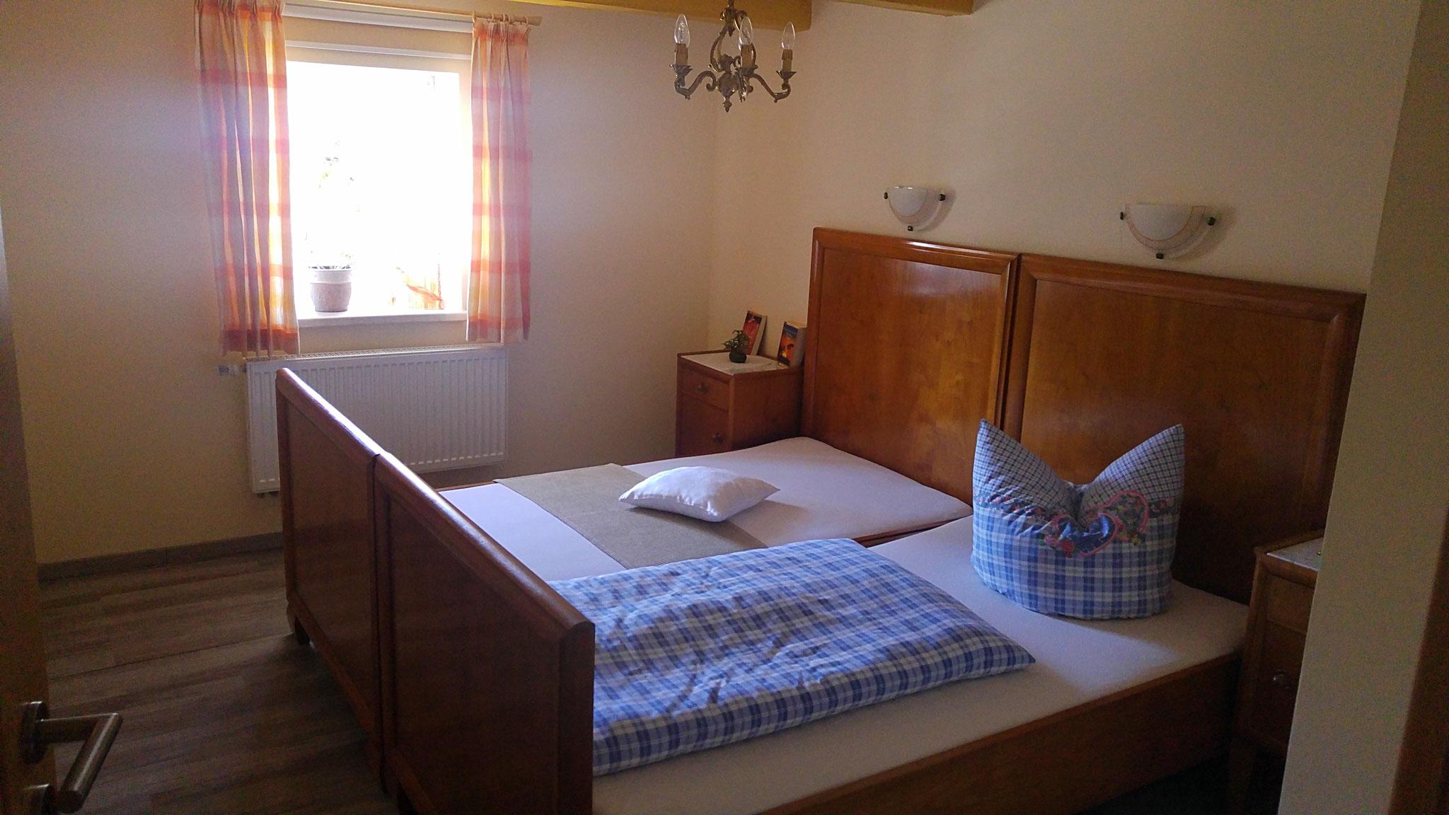 ...das Schlafzimmer mit dem Doppelbett...
