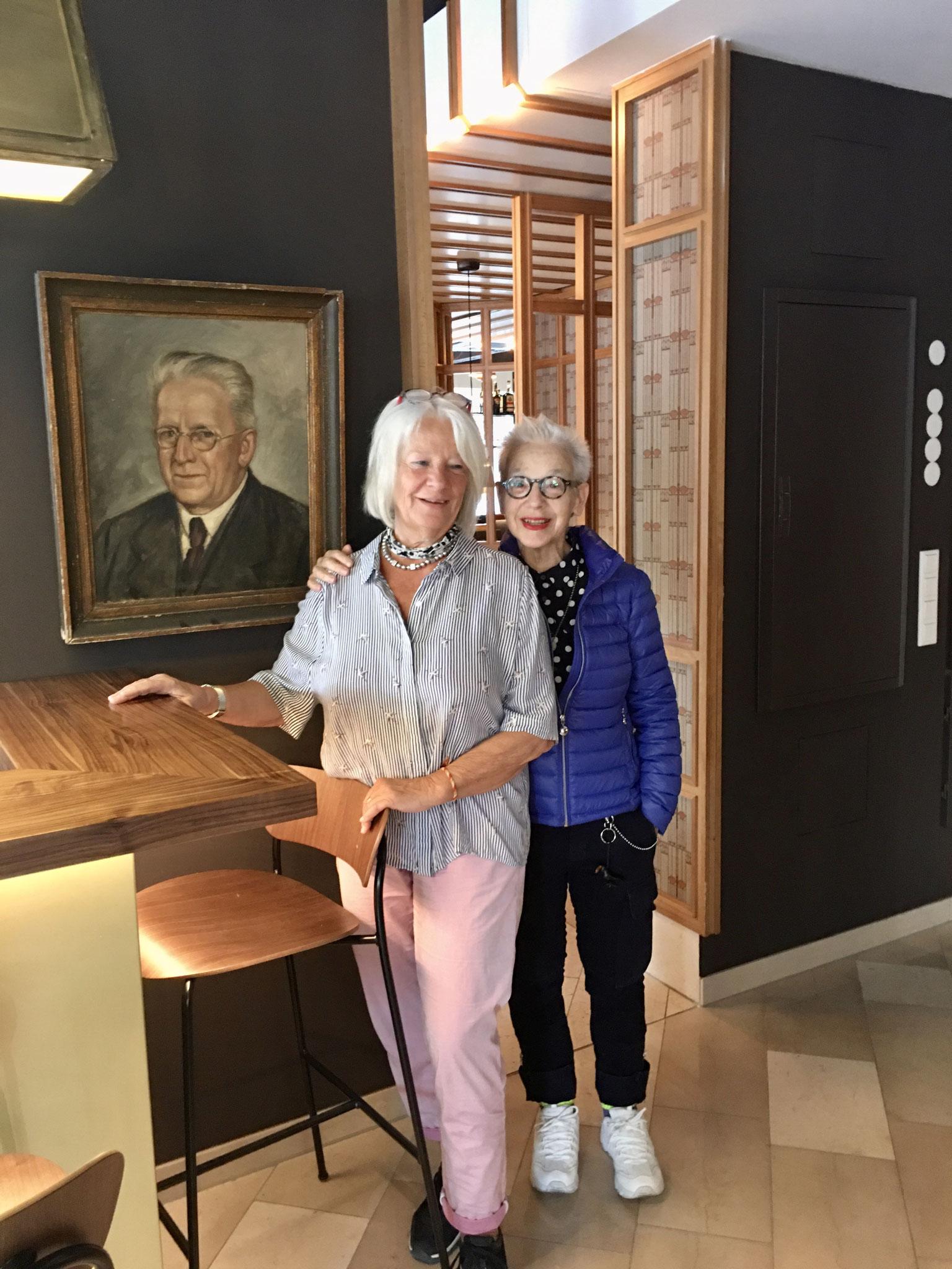 Das neue Central mit Freundin Christa vor dem Bild von Jockel Schucan
