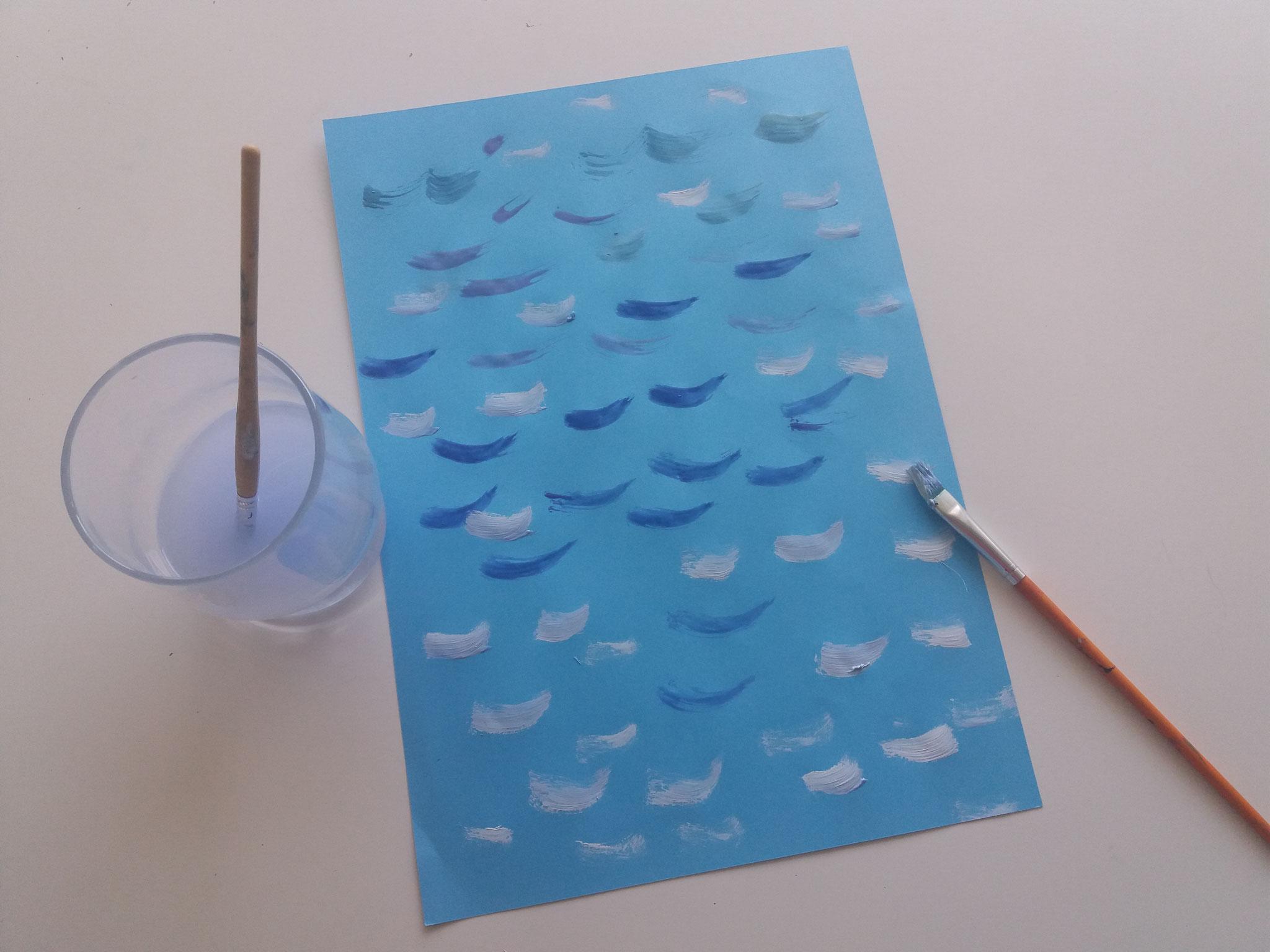 Mit Wasserfarben unterschiedliche Blautöne mischen und Wellen auf das Hintergrundbild malen