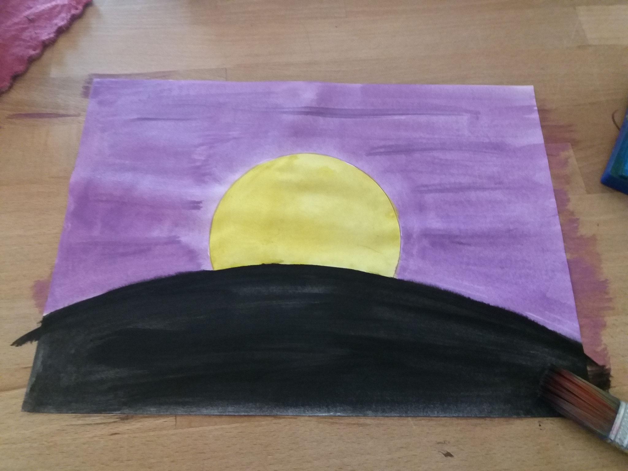 Mit Wasserfarben den Himmel lila, den Mond gelb und den Boden schwarz ausmalen