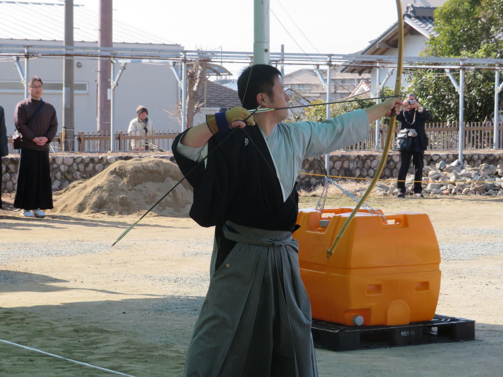 宝塚弓道協会所属の大西コーチが矢渡しを行いました