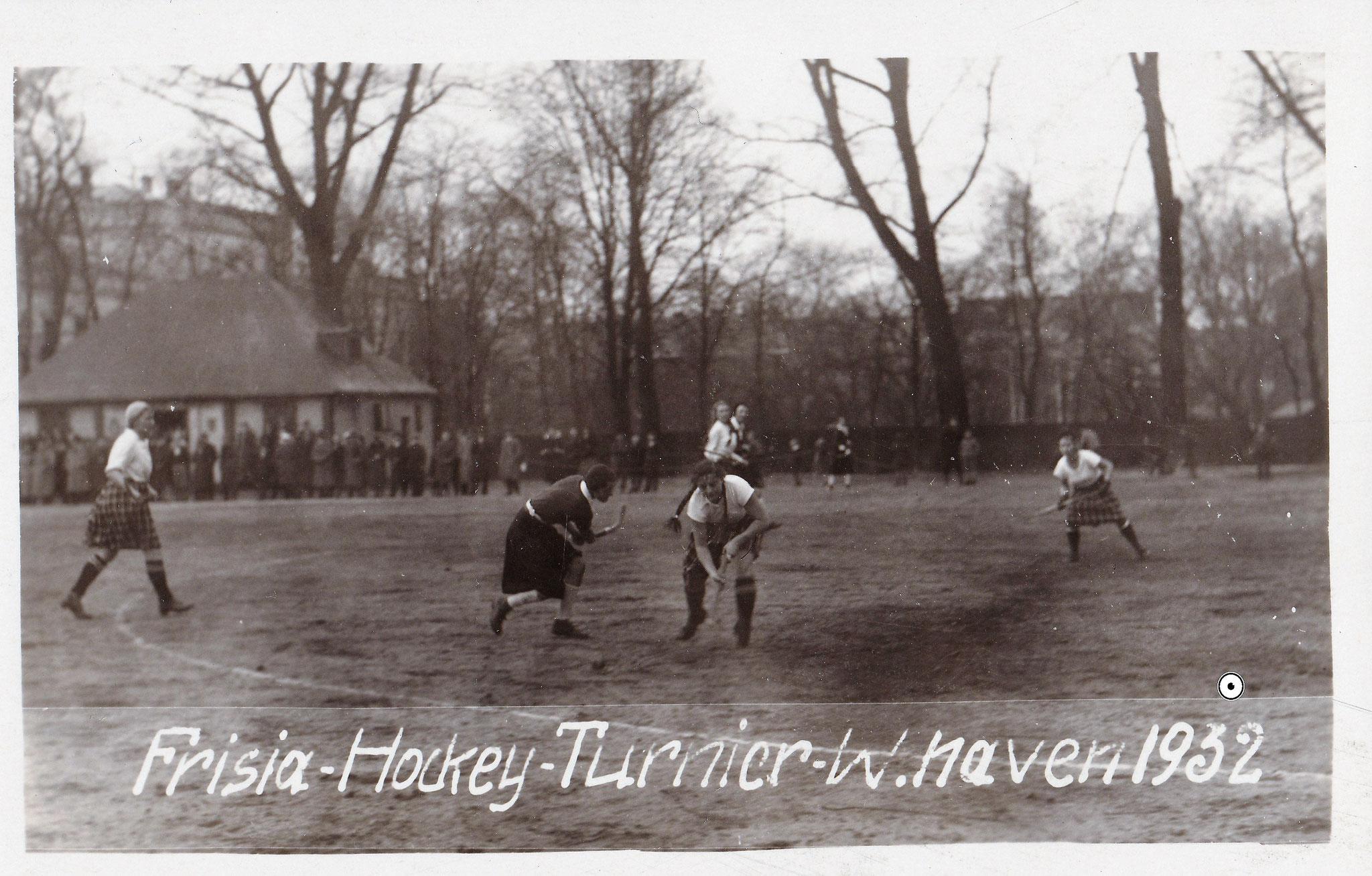 Hockey-Turnier 1932, links im Hintergrund das Stationsgebäude