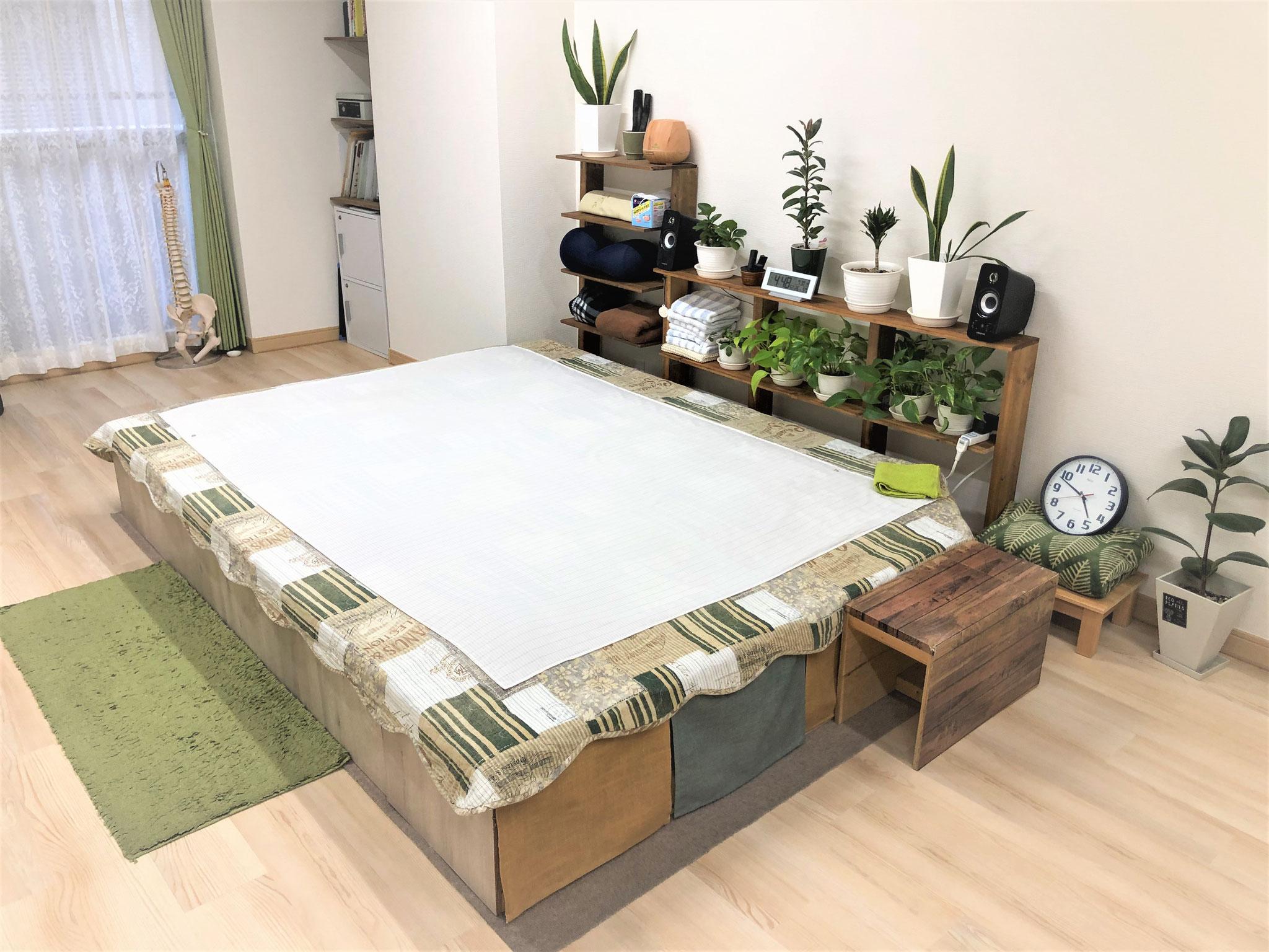 施術のベッドは広々ゆったりです