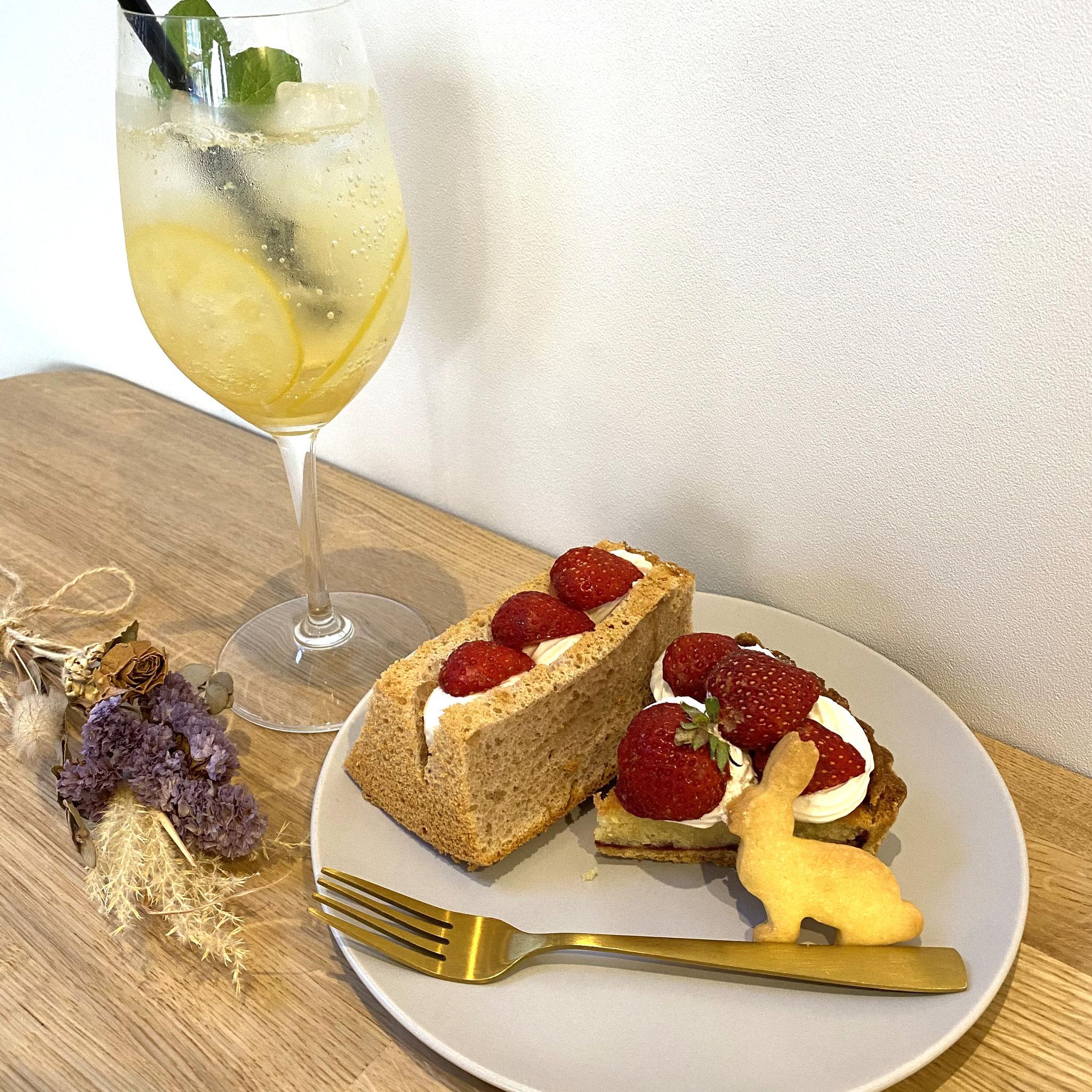 レモンスカッシュとケーキ