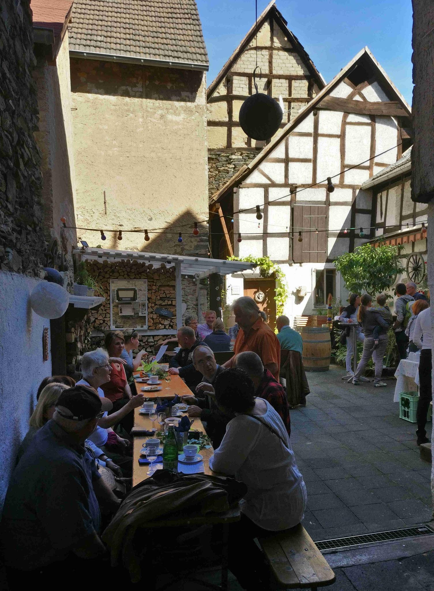 Der idyllische Innenhof  des Weinstandes vom Weingut Martin Sturm