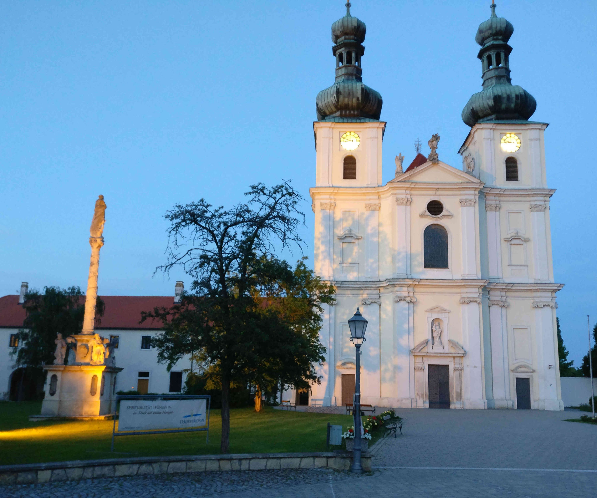 Kirche in Frauenkirchen am Abend