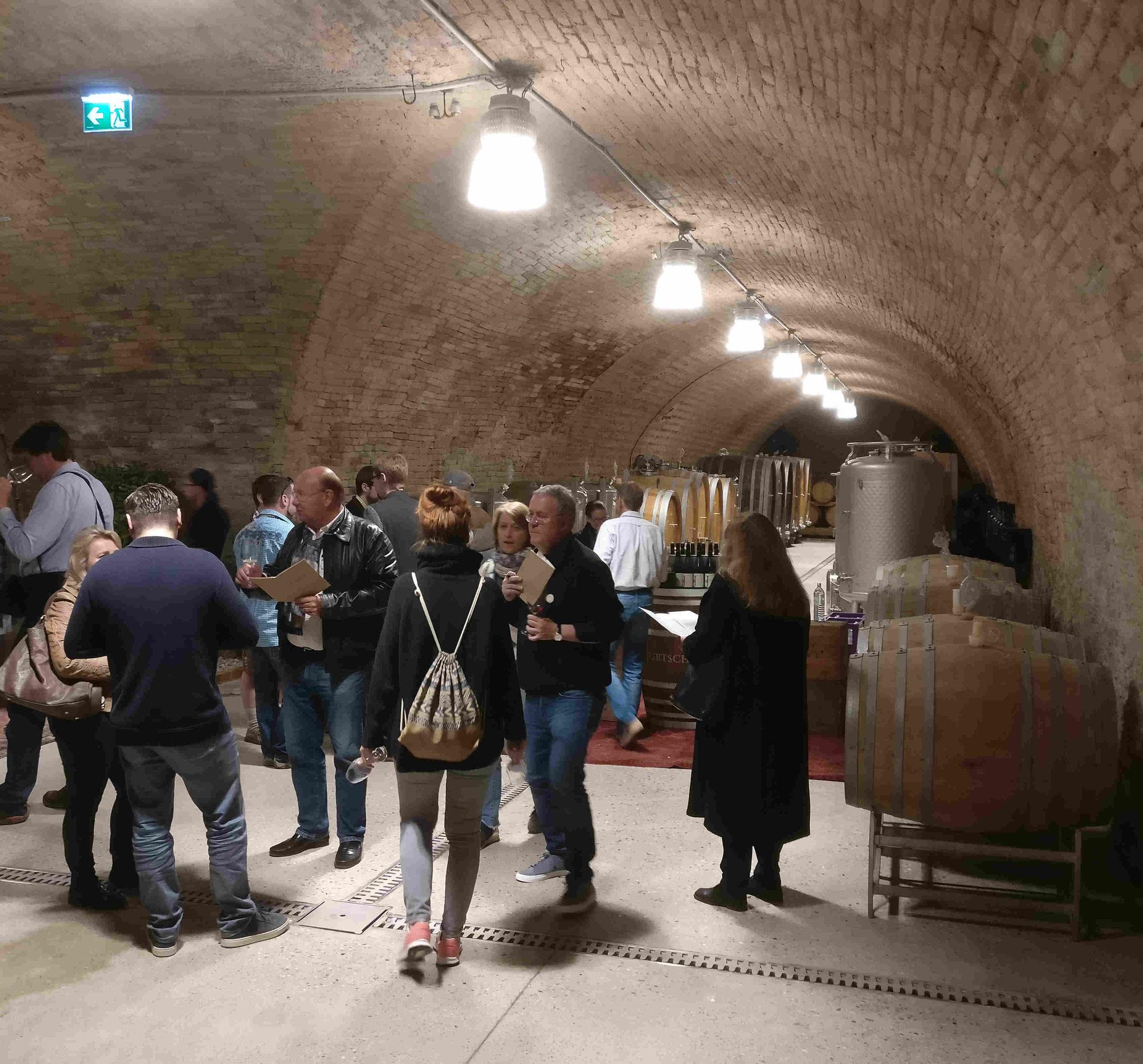 Weingut Jurtschitsch: Verkostungsbereich im Weinkeller