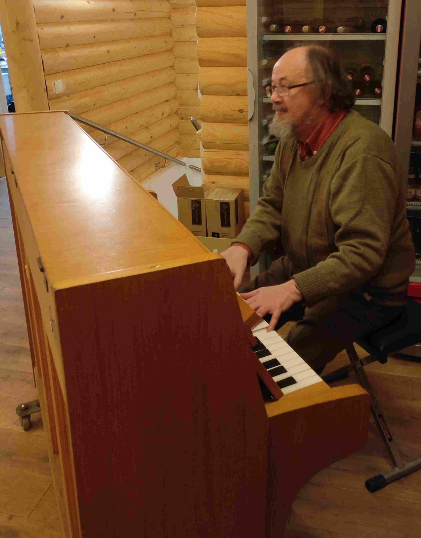 Herr Becker am Klavier