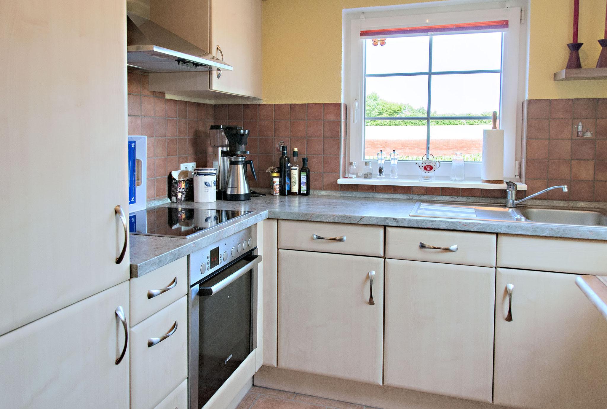 Die Küche hat 2 Fenster