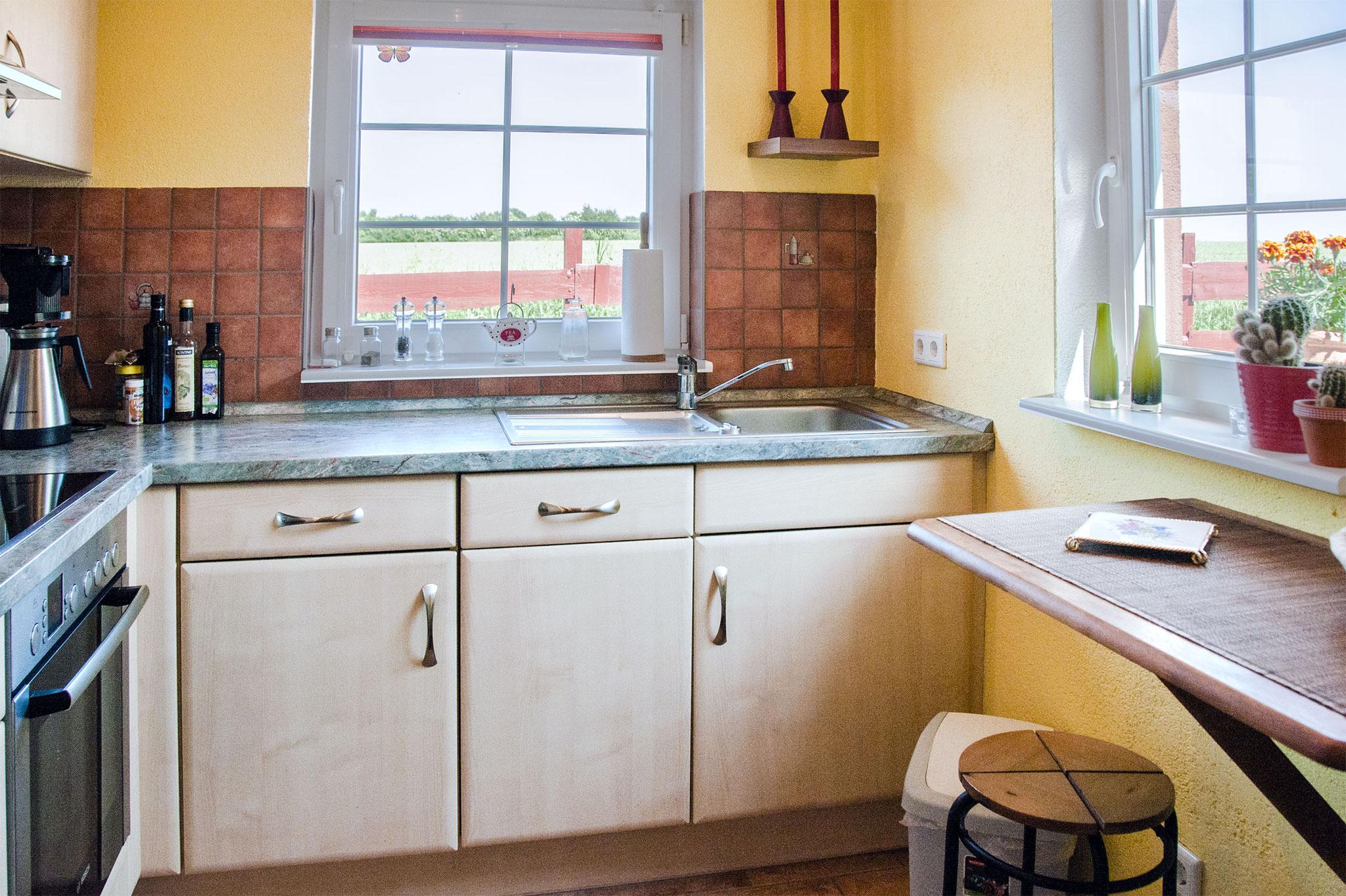 Die helle und gut ausgestattete Küche