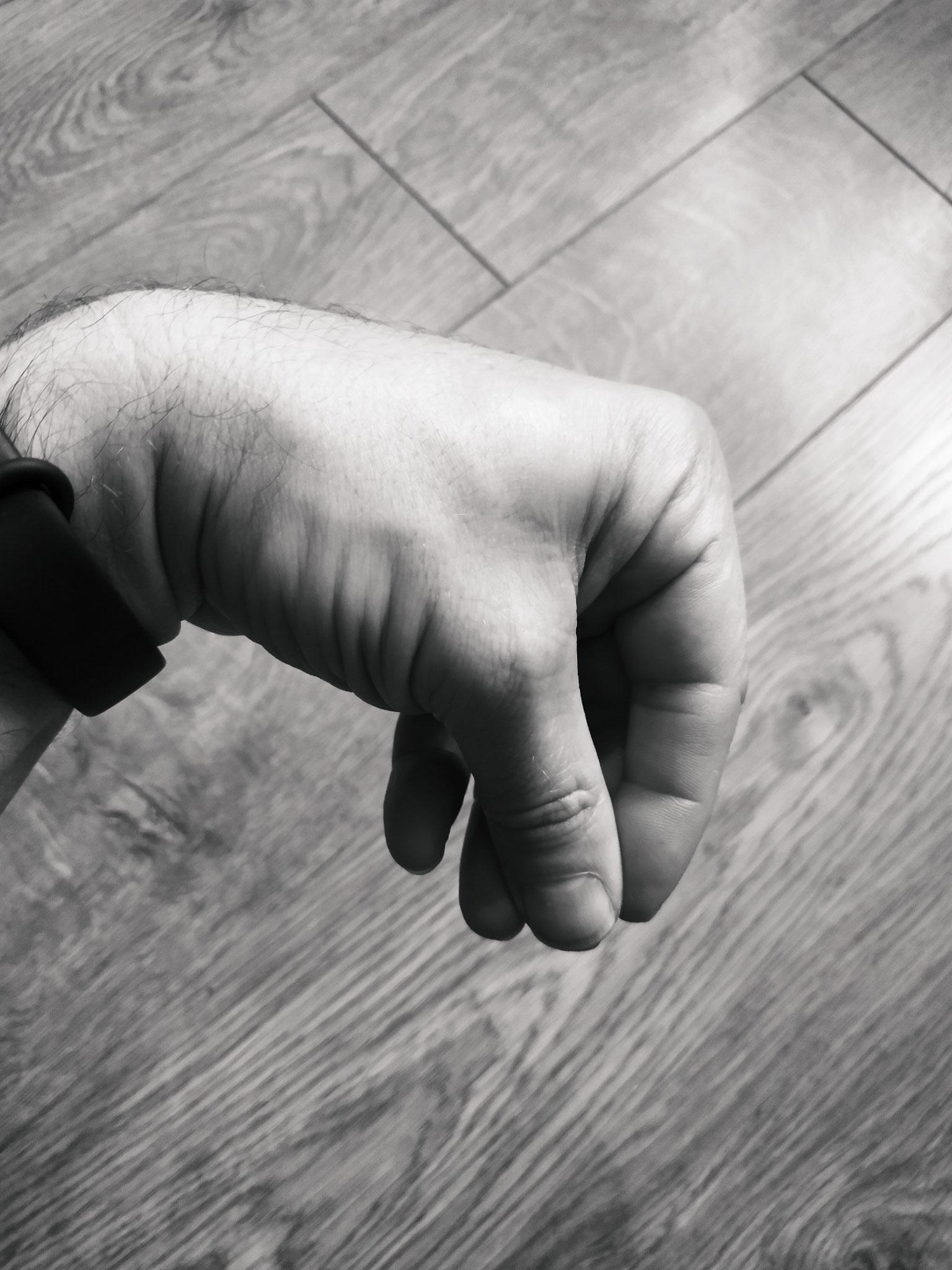 main en crochet avec trois doigts en contact
