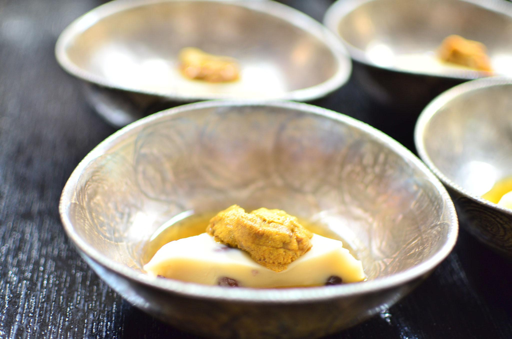水無月の先付けは、網野産ウニをのせた水無月豆腐