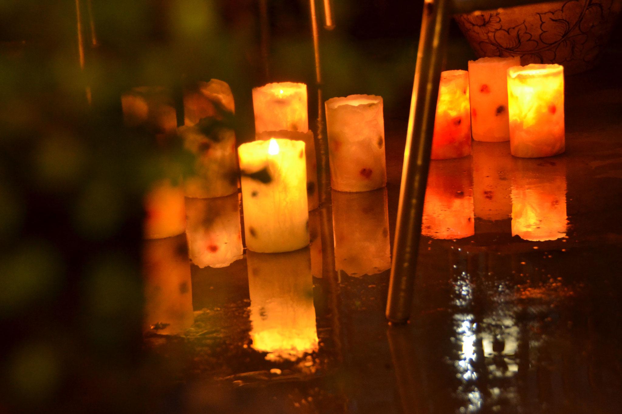 雨上がりのテラスで灯るドットキャンドルたち