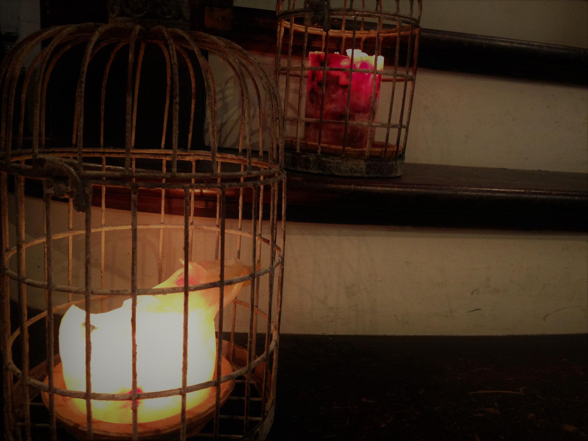 「うっふ」階段に並ぶ鳥かご入りキャンドル2種