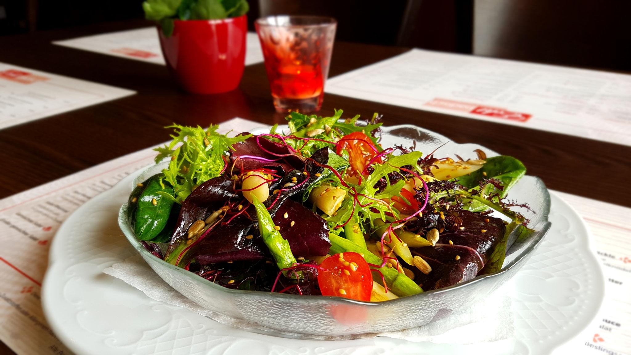 ... und knackiger Salat