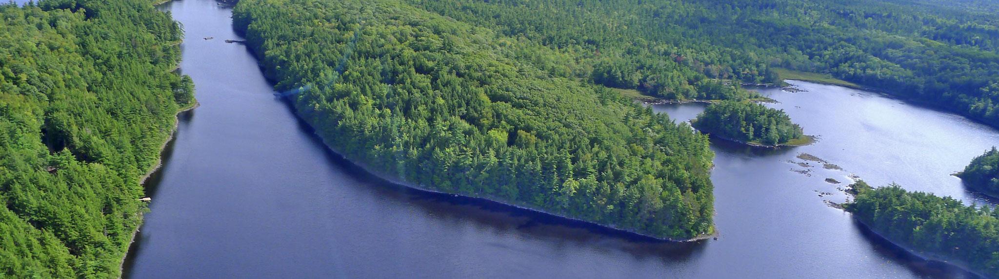 title:Ponhook Estate,title2:See-Grundstück,provinz:Nova Scotia,bezirk:Lunenburg,art:Ferienimmobilie,flaeche:104 ha,ufer:1.100 Meter,preis:verkauft