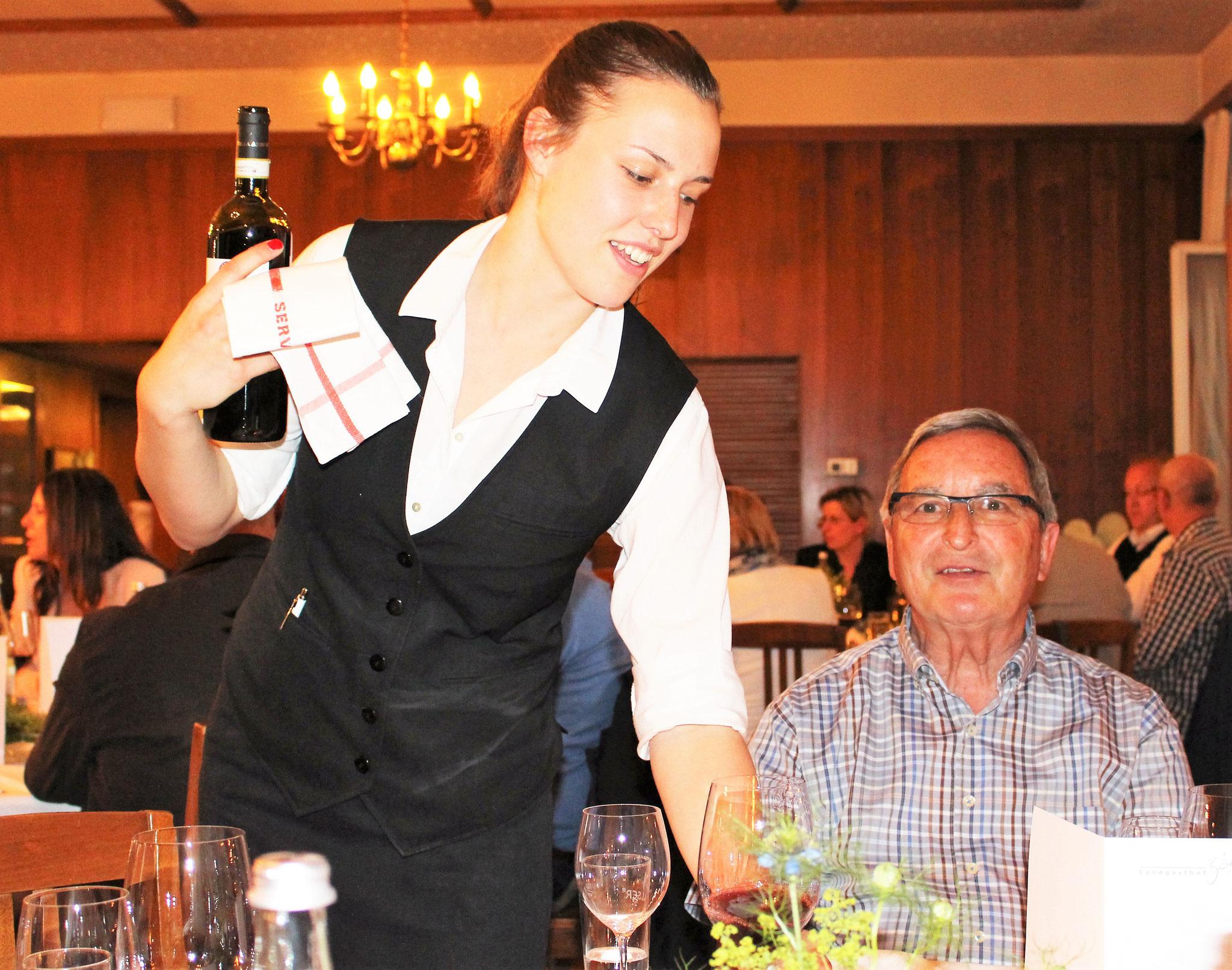Nach der Arbeit das Vergnügen: Revisor Fritz Keller (Fulenbach) lässt sich einen feinen Wein einschenken.