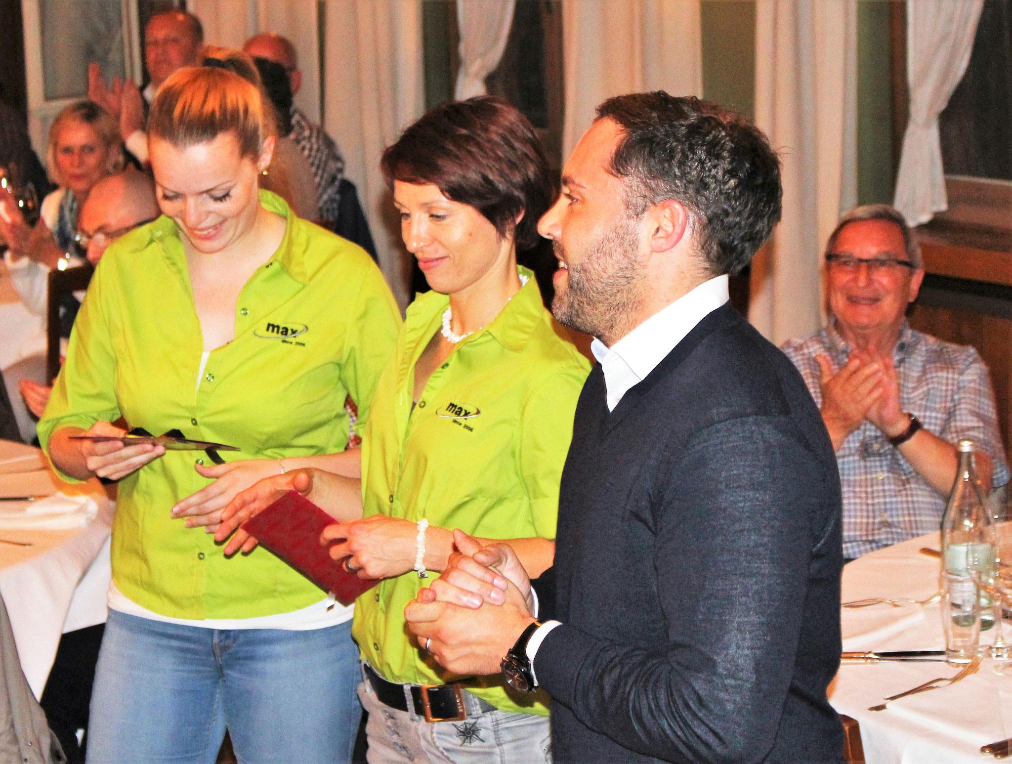 Gian Kämpf, Vorstandsmitglied Donnerstag Club Oberaargau und Geschäftsführer SC Langenthal, beschenkt zwei Spezialistinnen des Langenthaler Fitness-Teams Max.