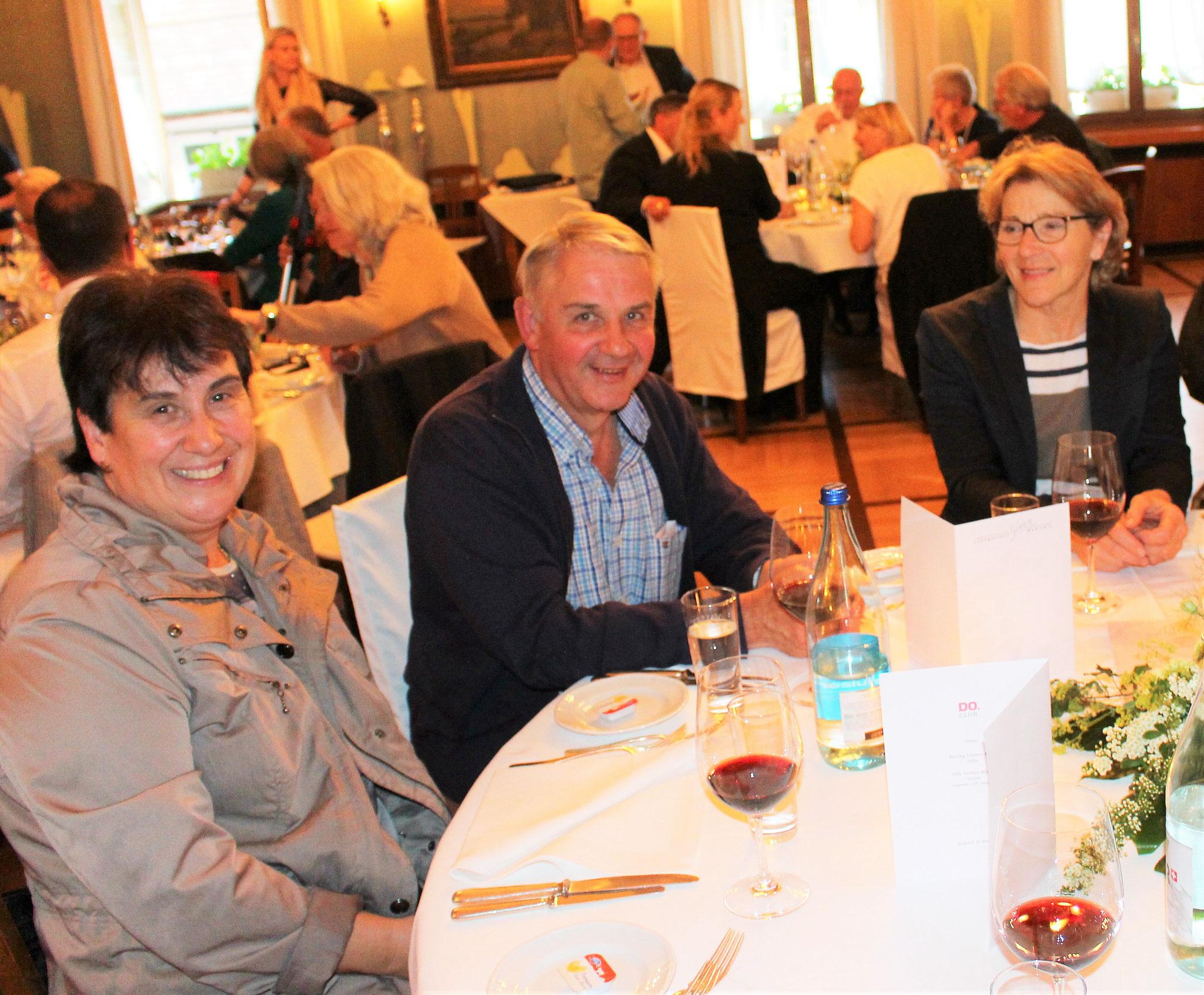 Freuen sich aufs Essen (von links): Doris und Robert Haas mit Stapi-Gattin Christine Rufener (alle Langenthal).