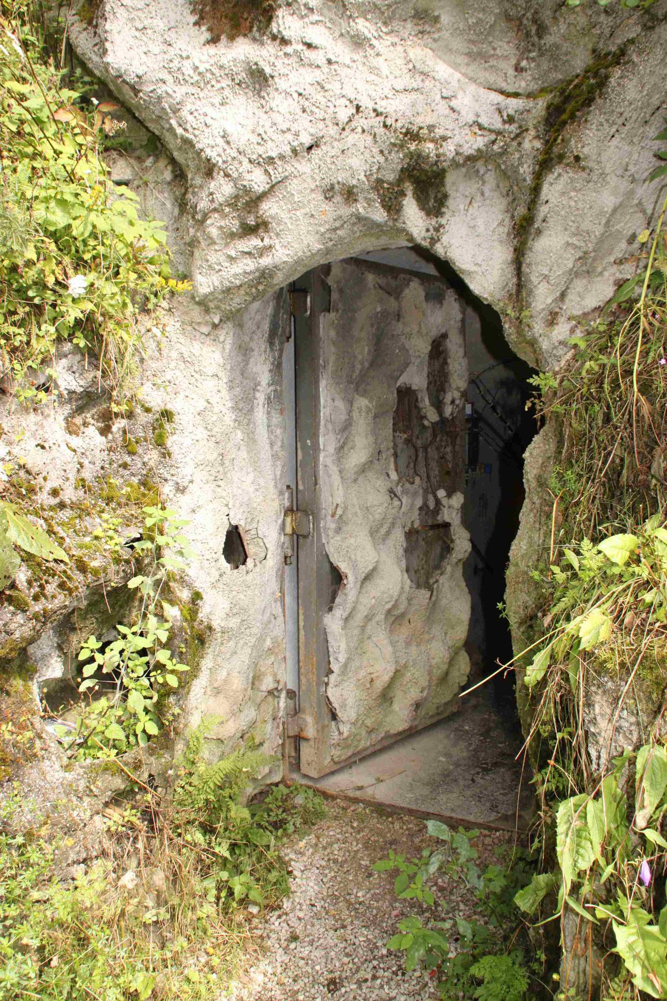 La porta di ingresso al bunker, accuratamente mimetizzata.