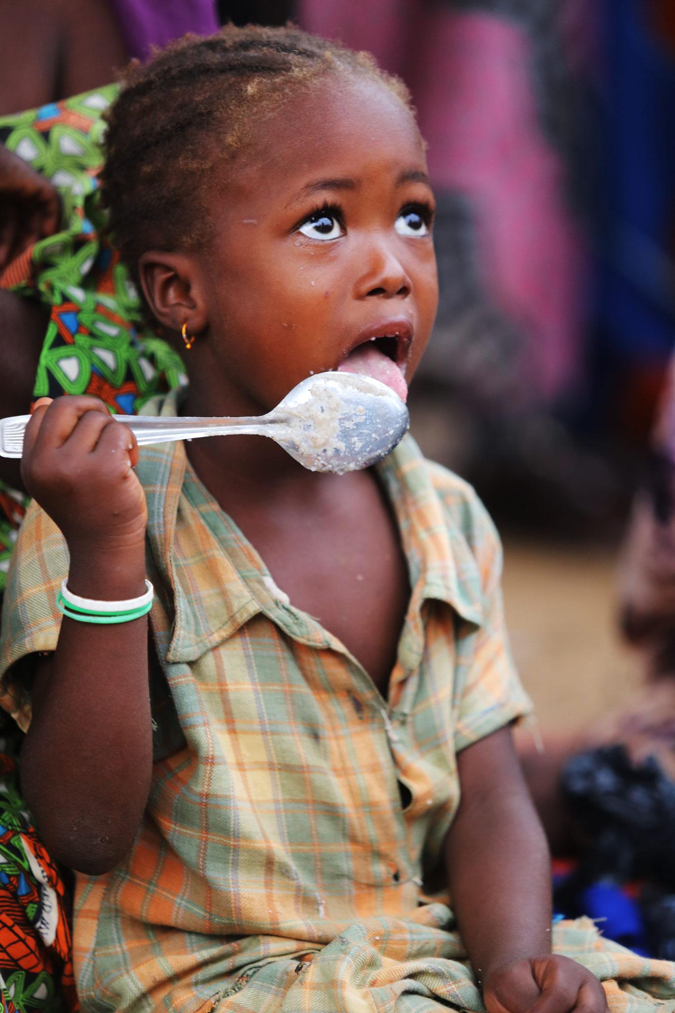 """... Menschen in Not. Hier beispielsweise im Senegal im Rahmen der """"Aktion gegen den Hunger""""."""