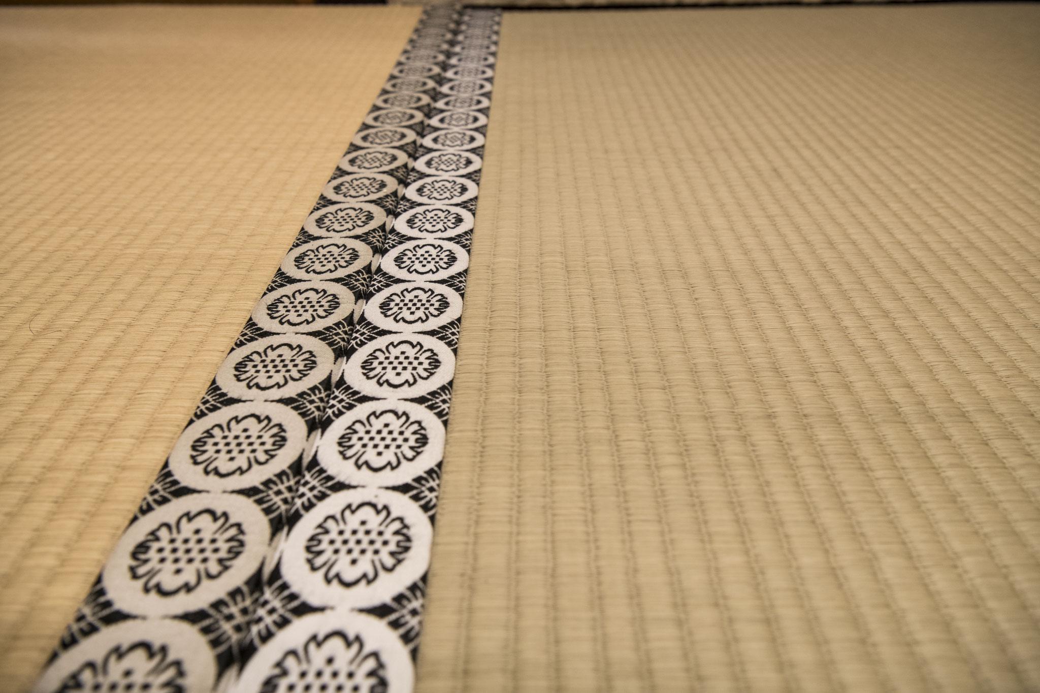 手織り中継ぎ表と言われる、幻の技法で仕上げた備後が誇る日本一の畳表を使用。