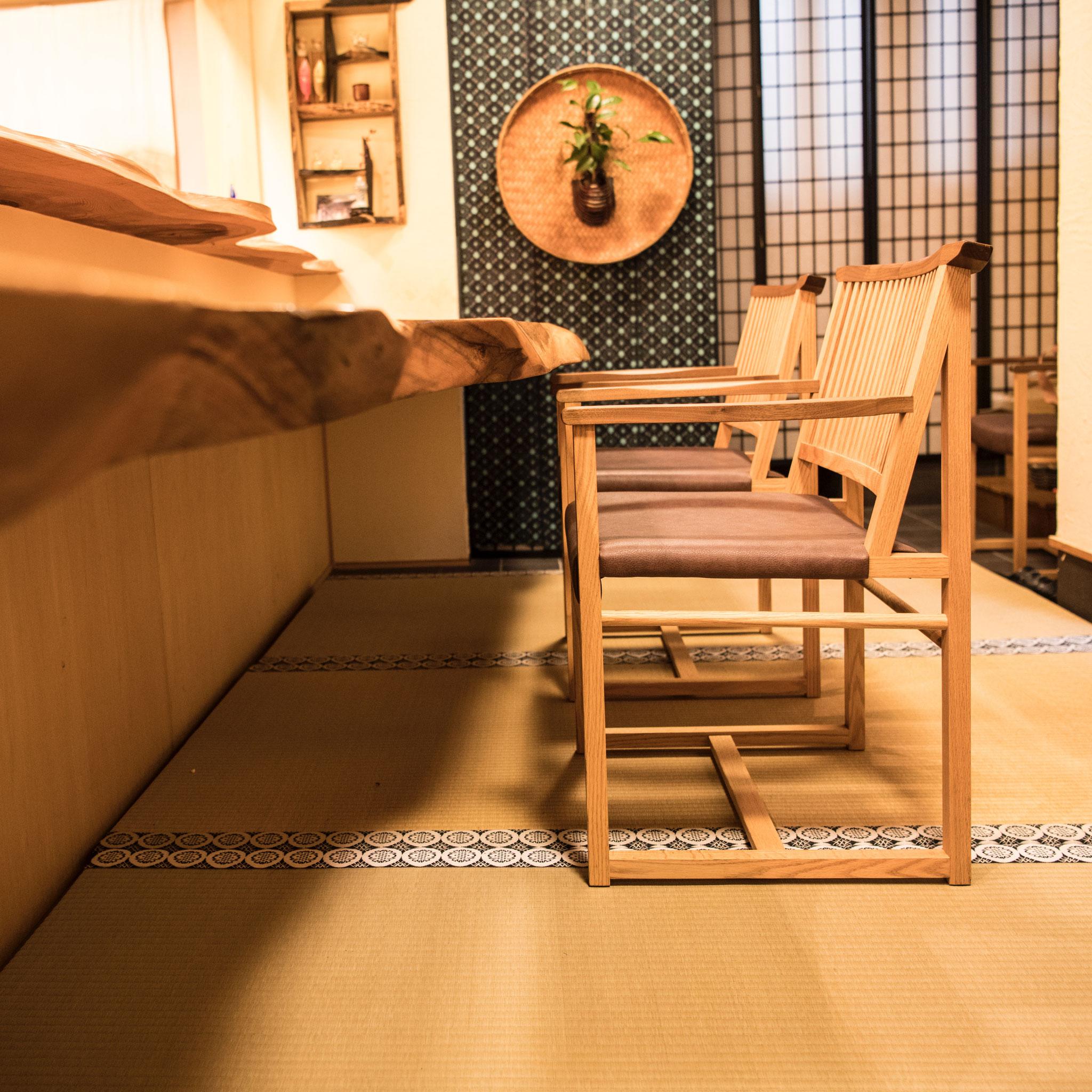 無垢材を用い、高山の熟練職人が釘を一切使用せず仕上げ『真に日本が生み出したオリジナルデザイン』がコンセプトの椅子。
