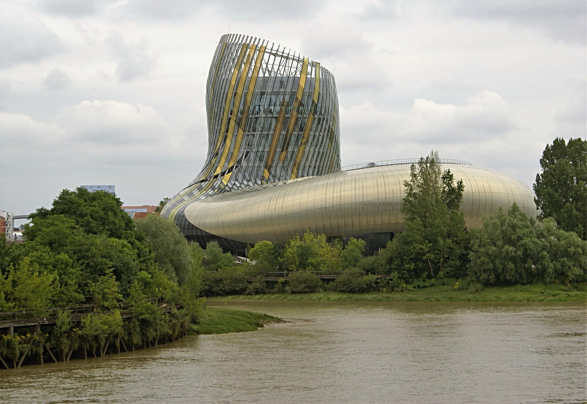 7 étages dédiés au VIN  et un restaurant avec vue sur Bordeaux