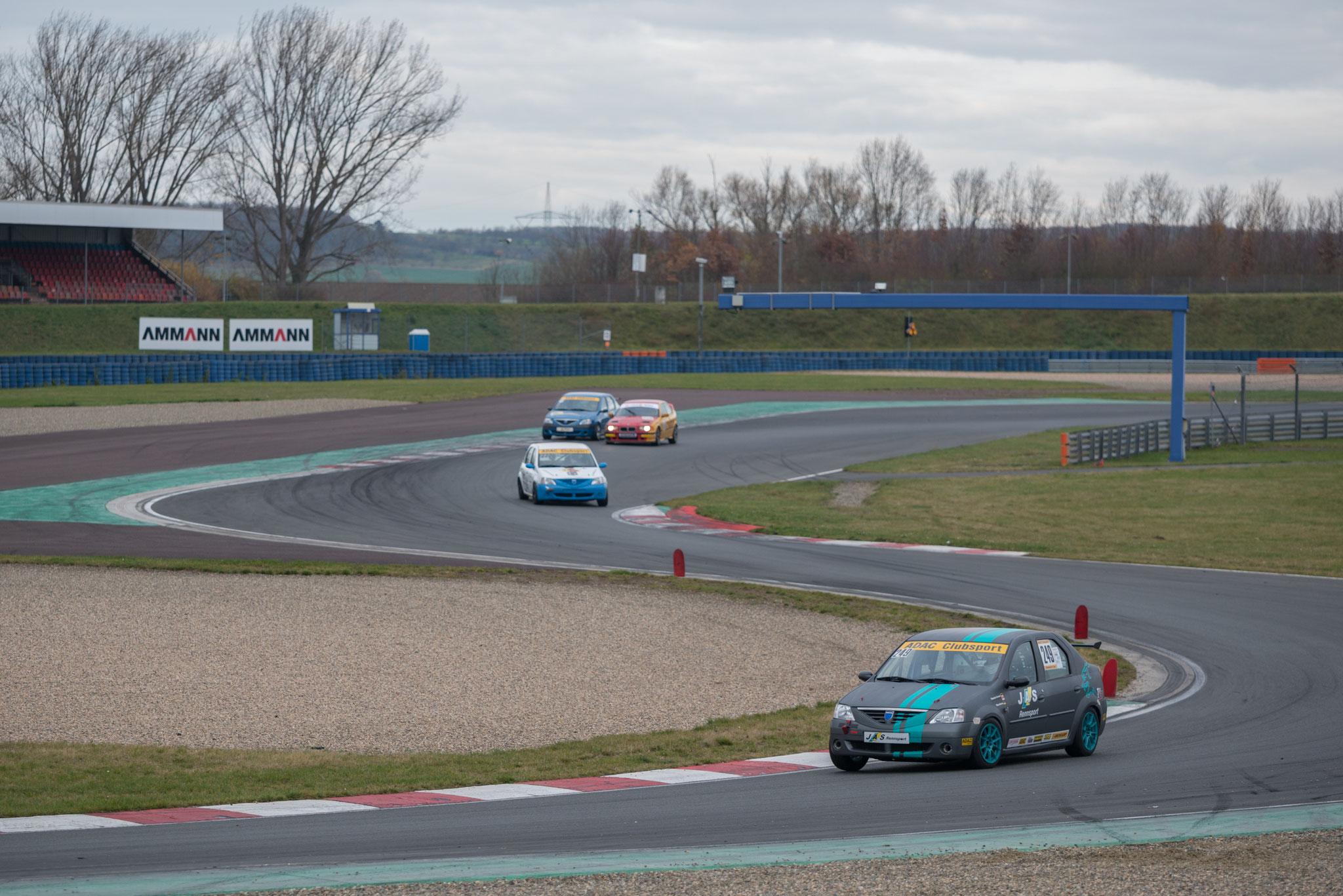 Der BMW einer anderen Wertungsklasse drängt Dennis Bröker in der Triple-Linkskurve nach außen ...
