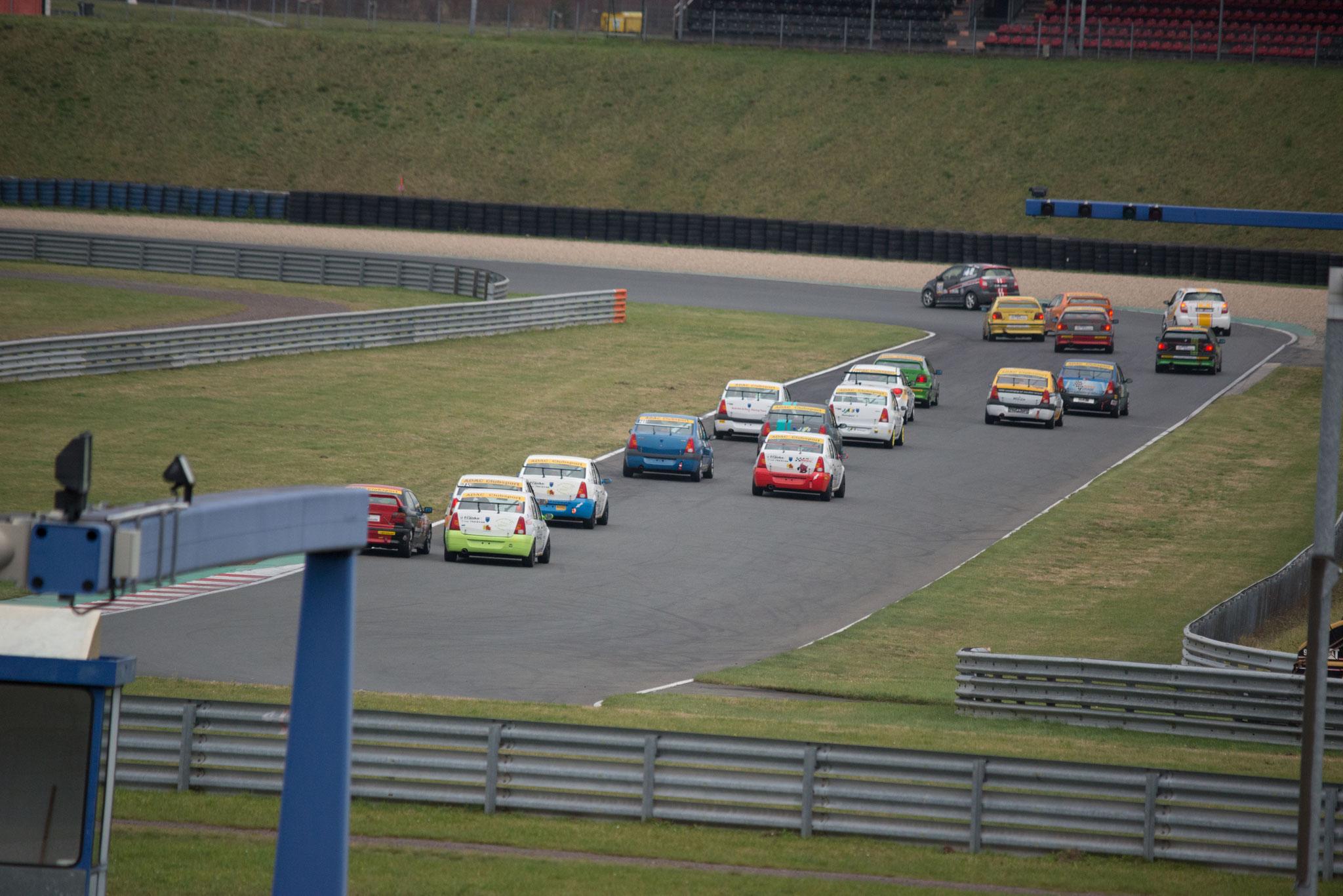 Das Feld ist eng zusammen bei der Einfahrt auf die Hasseröder-Kurve in der Motorsportarena Oschersleben