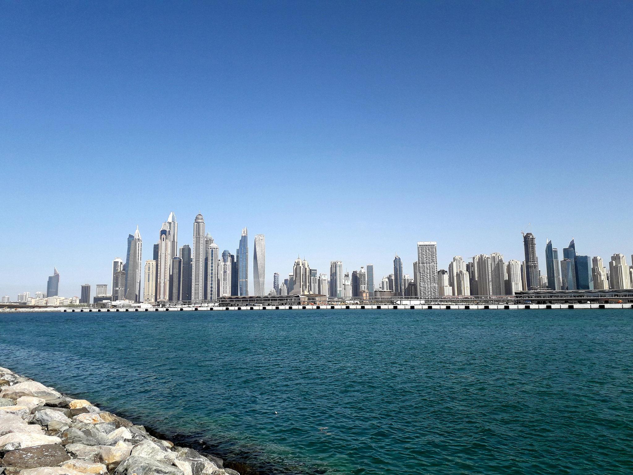 Blick auf die Skyline der Dubai Marina