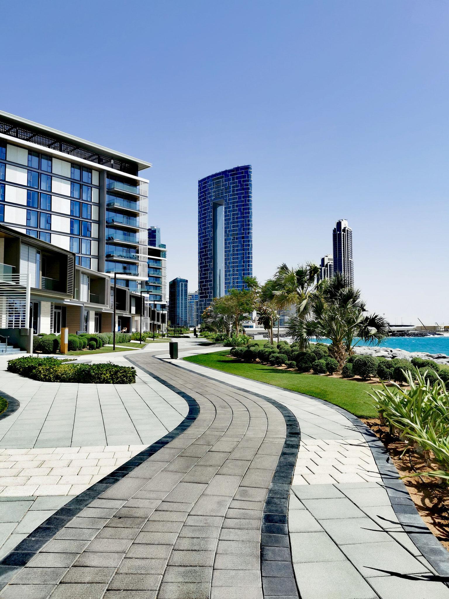 """Fußgängerpromenade auf Bluewaters mit Blick auf """"The Adress Beach Resort"""""""