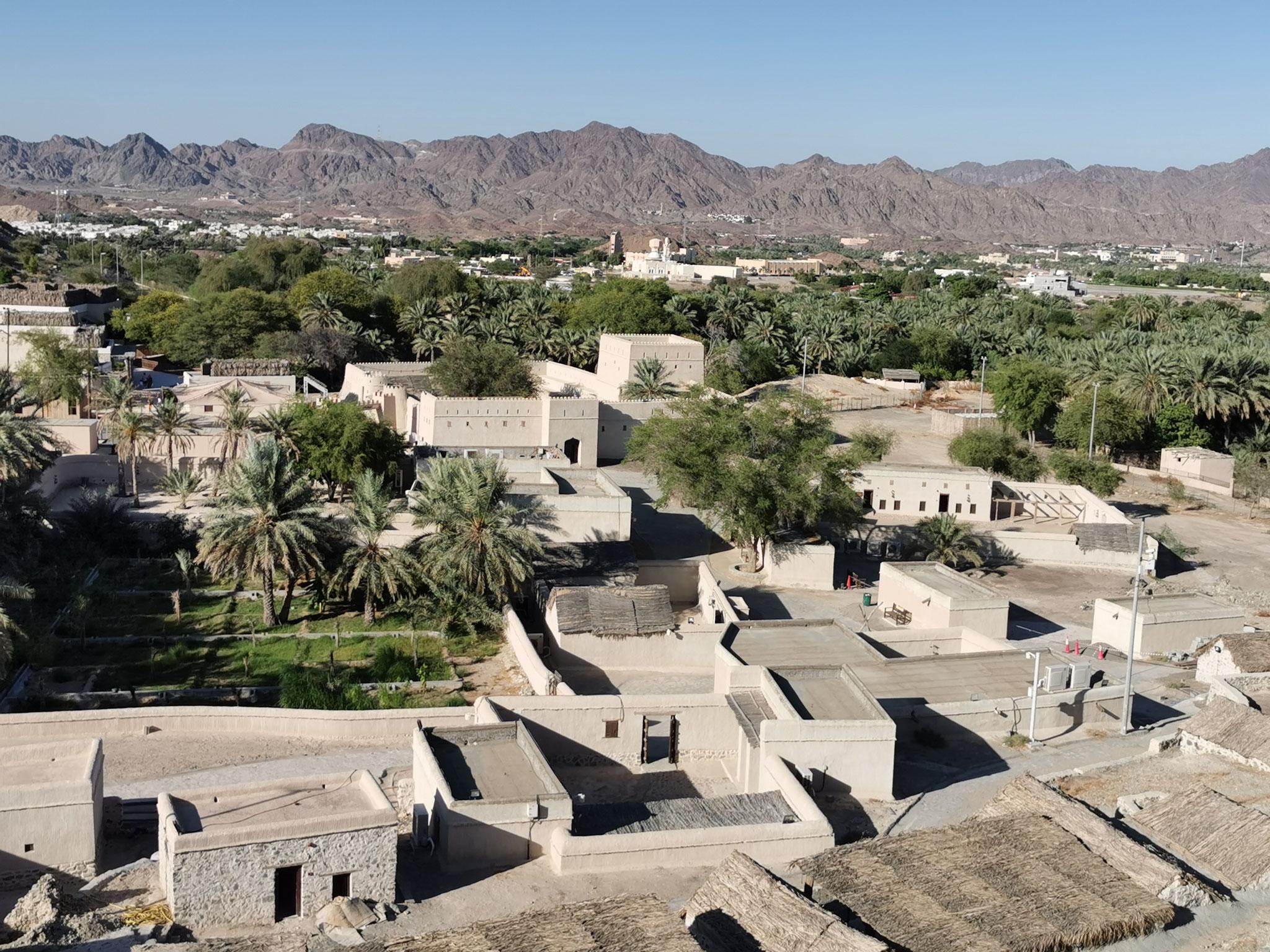 Blick über das Heritage Village und auf die Berge