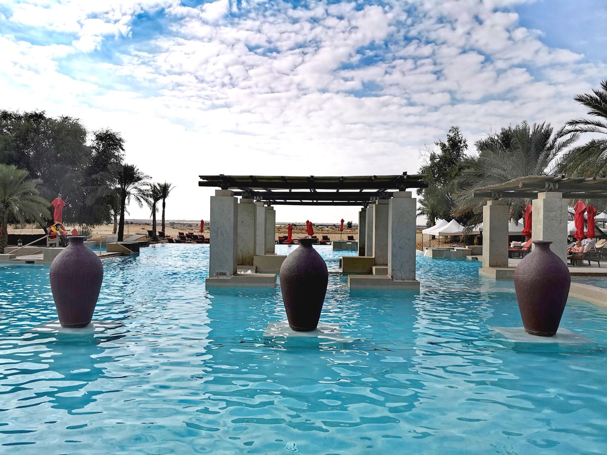 Der Infinity-Pool mit Wüstenblick