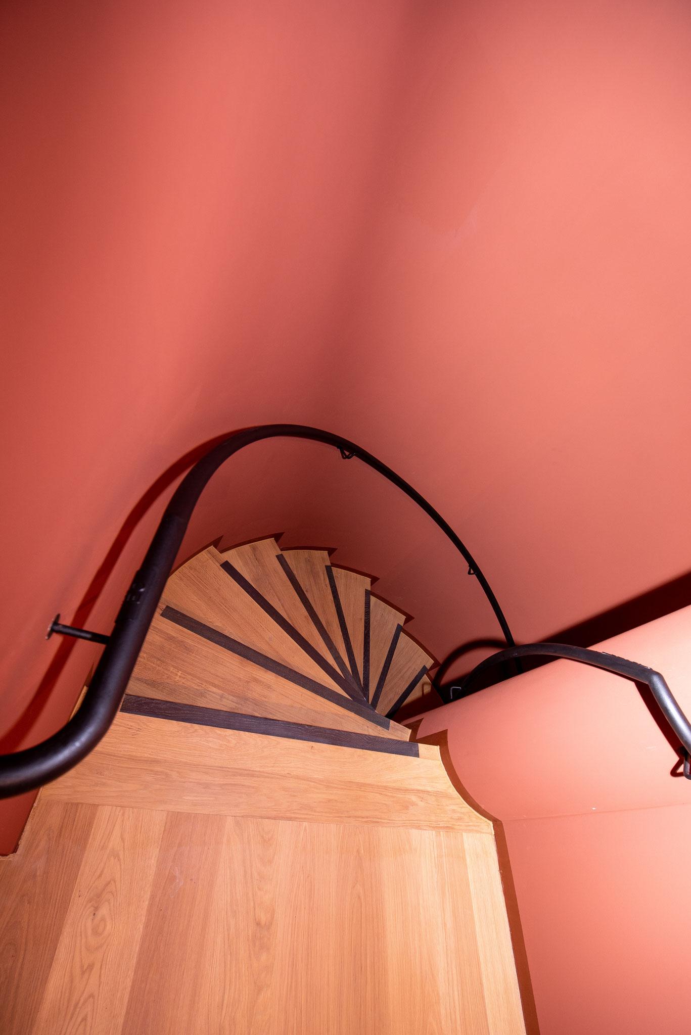 Insgesamt 104 Treppenstufen Eiche massiv mit Trittkanten aus Räuchereiche