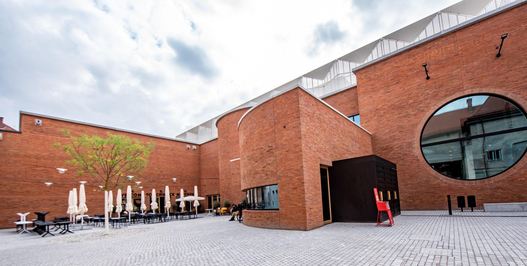 Außenbereich und Eingang zum Theater